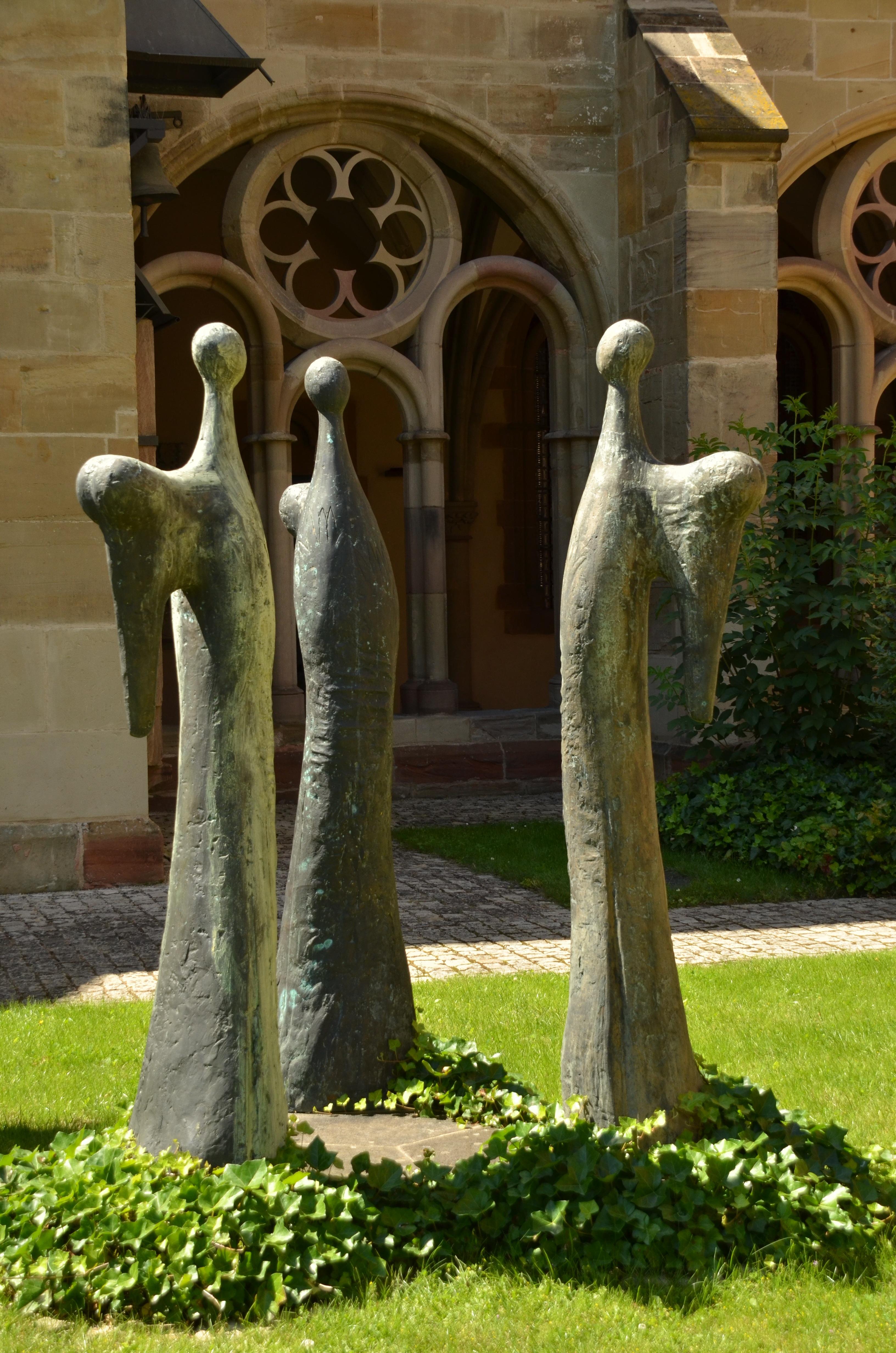 Gambar Abstrak Monumen Patung Agama Gereja Taman