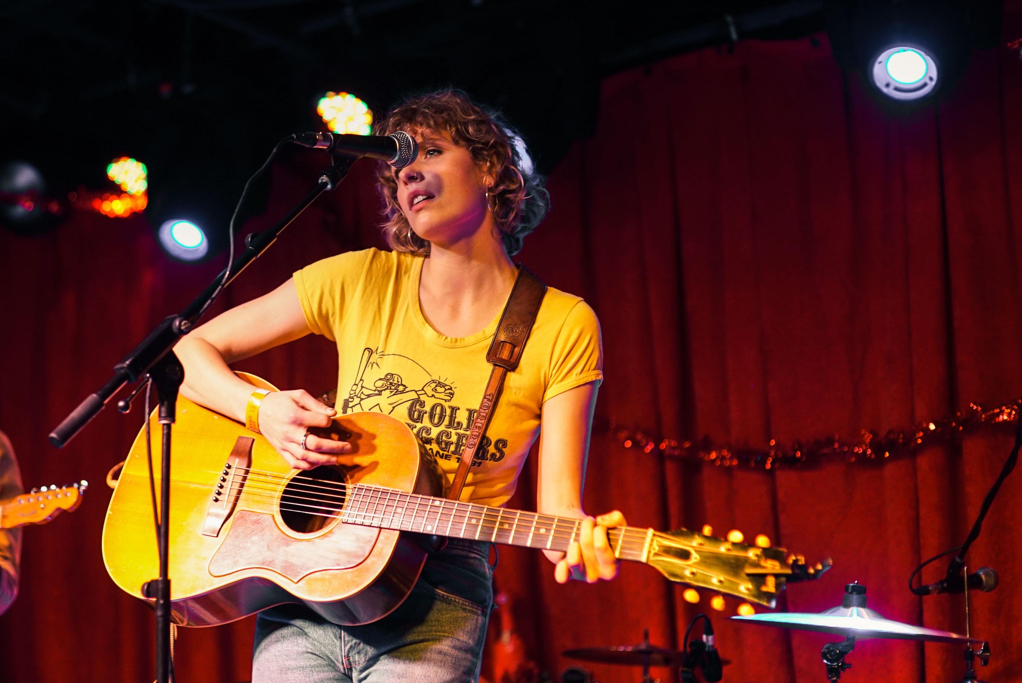 Rockguitarist og sangerinde på scenen