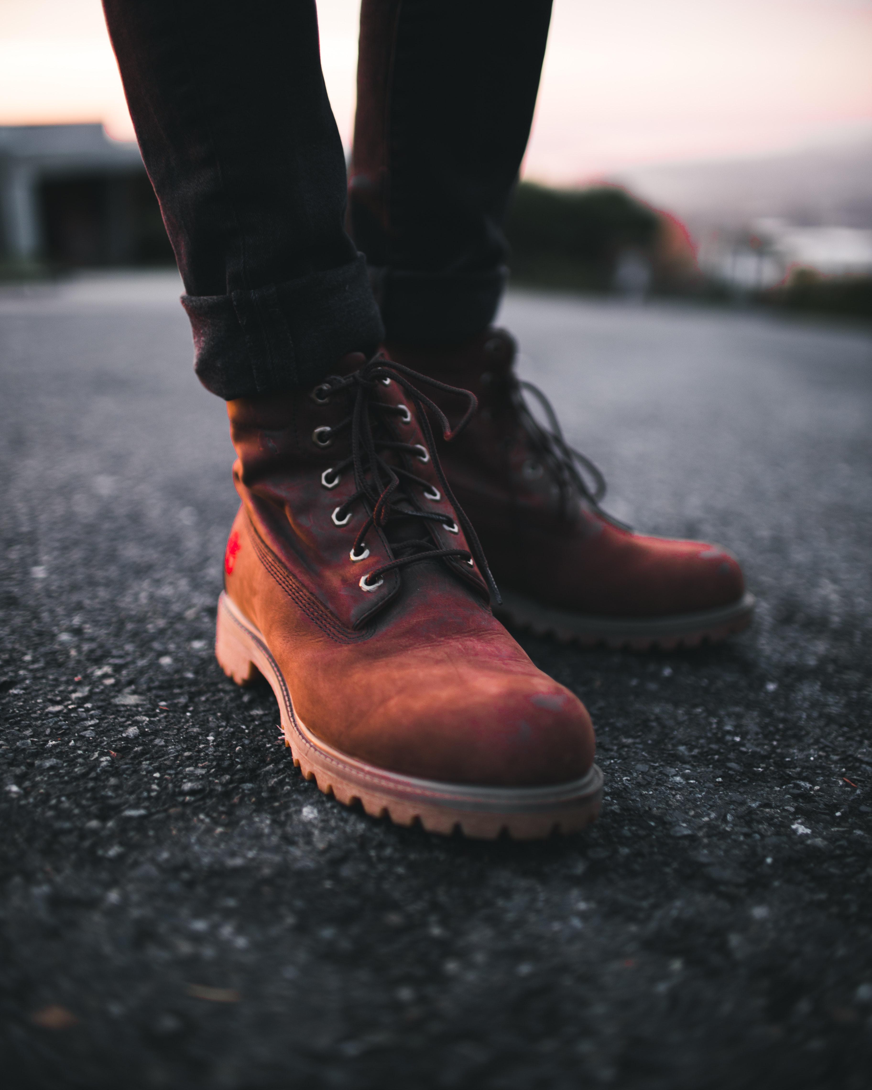 84058e14567a voksen eventyr sløring bokeh støvle Brun klassisk tæt på beton mode fødder  fodtøj jord mand udendørs