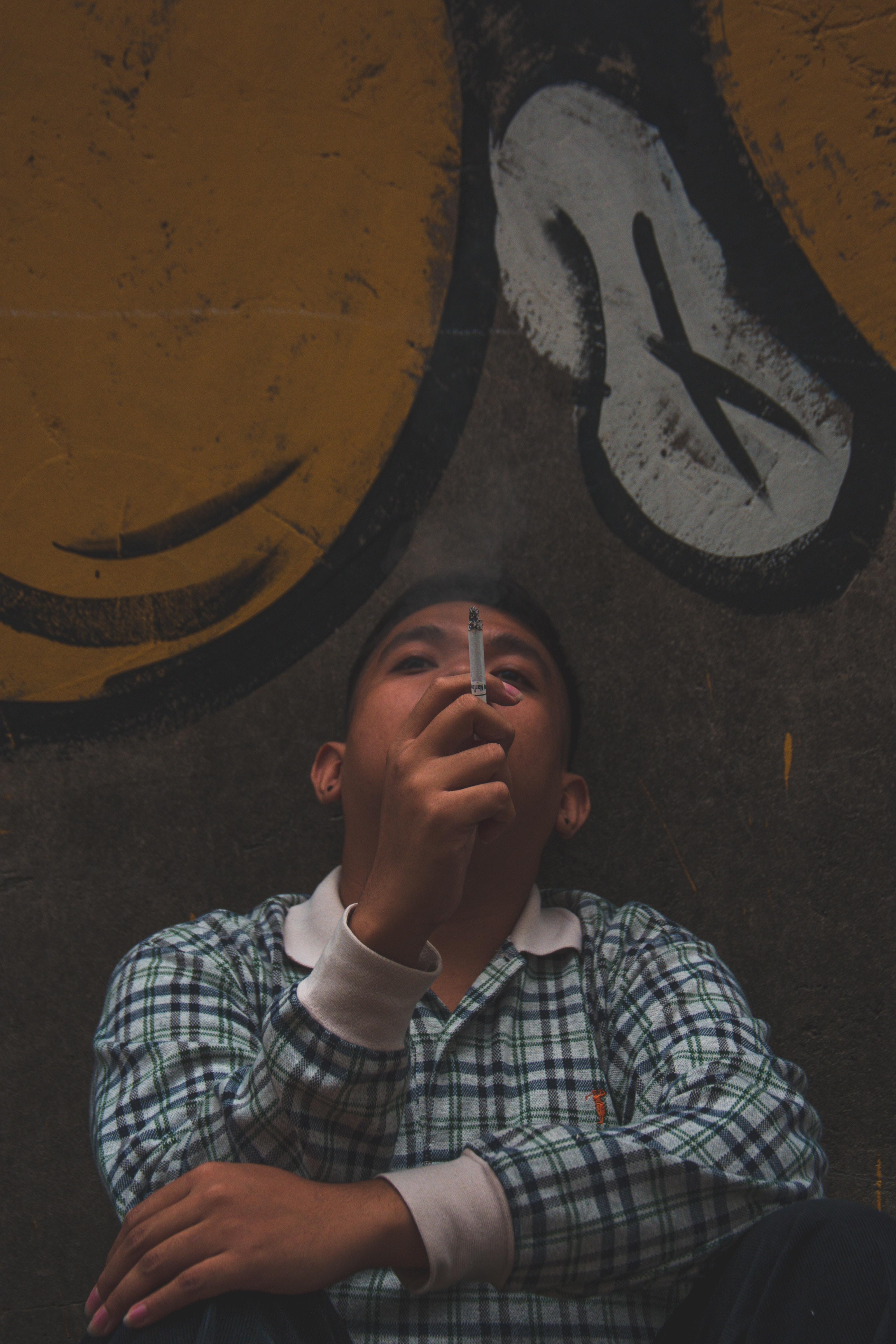 Fotoğraf Yetişkin Kötü Damalı Yüz Ifadesi Duvar Yazısı Adam