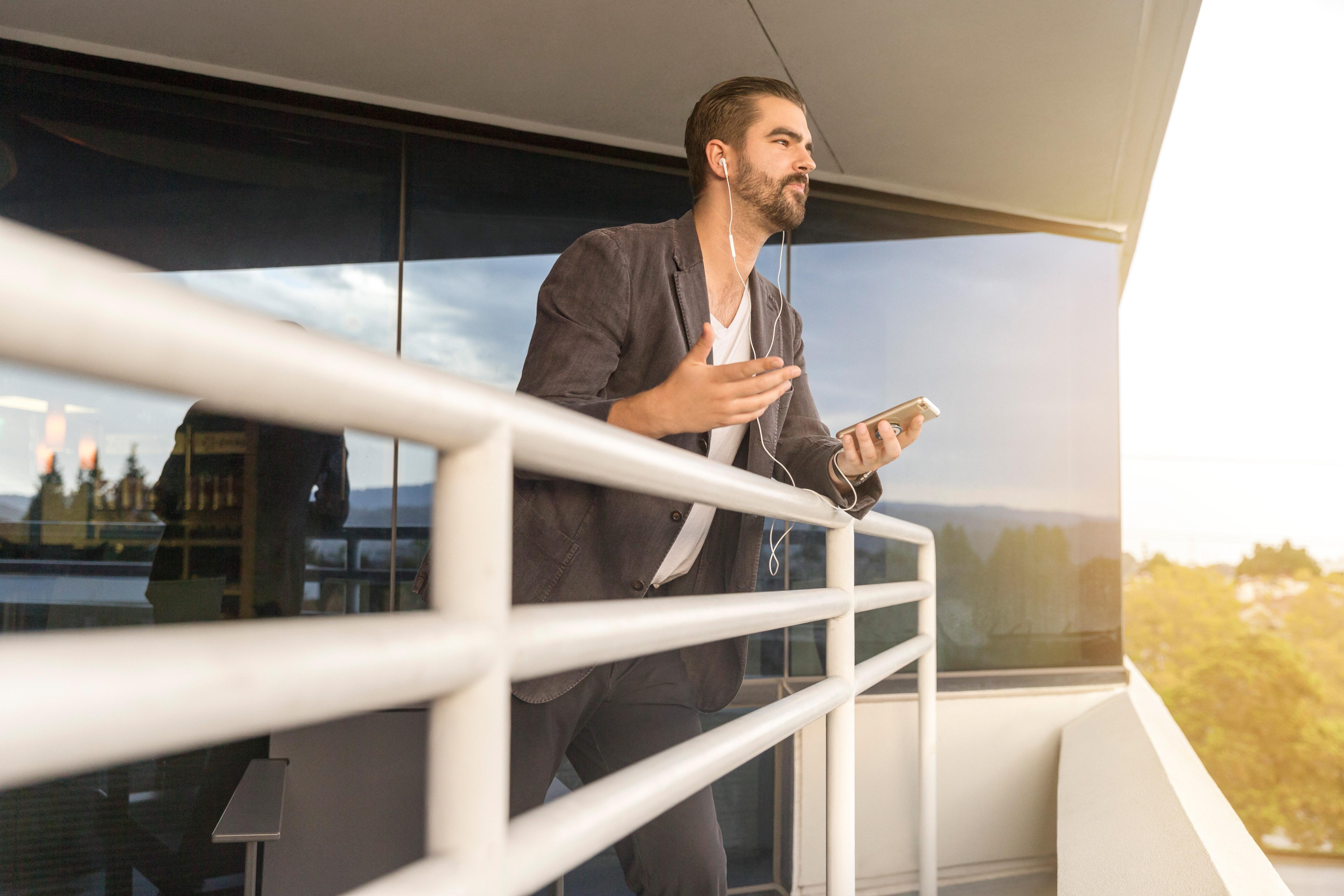Gratis afbeeldingen : volwassen balkon gebouw communicatie
