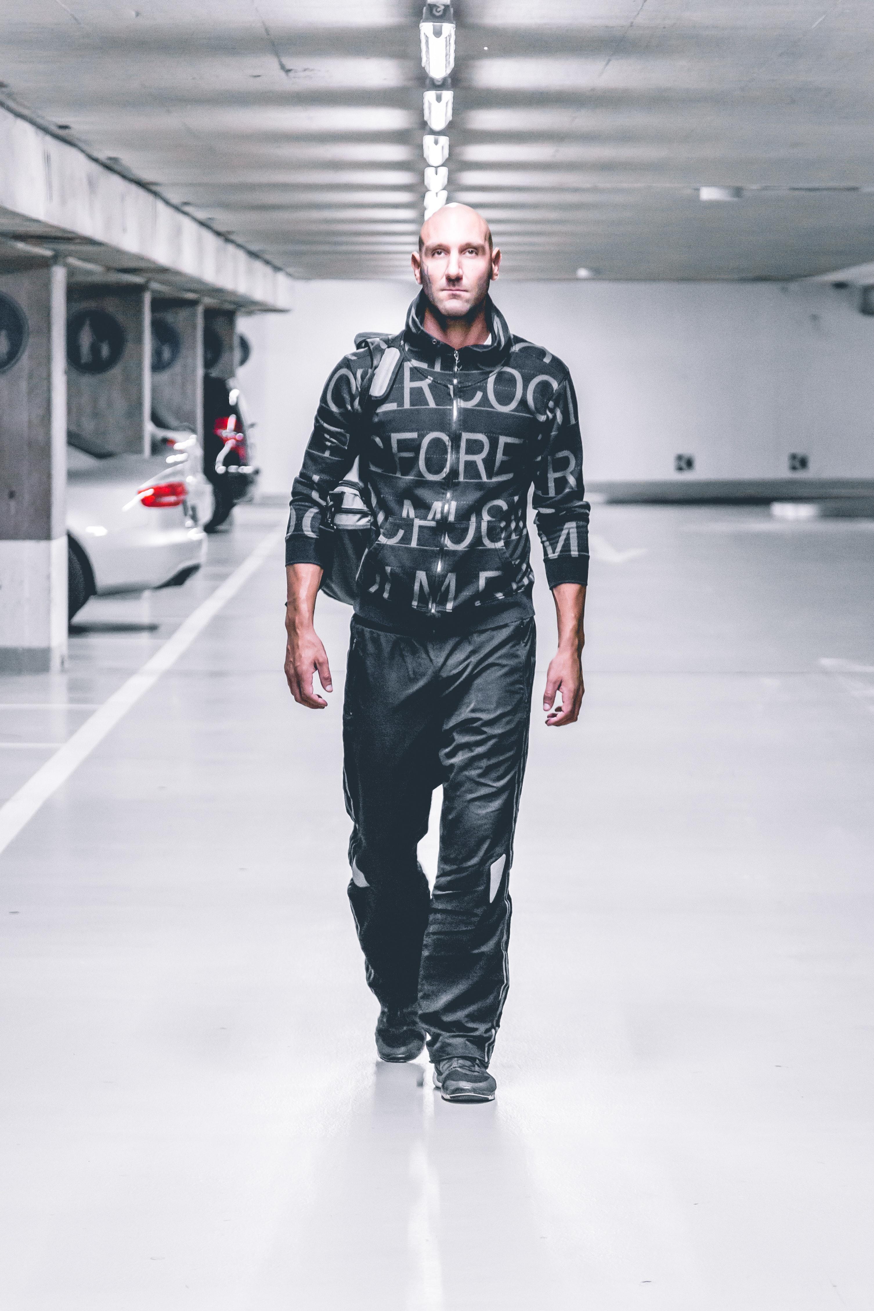 adulto Calvo ragazzo automobili moda alla moda tipo mani bello giacca luci  maschio uomo modello pantaloni f879a015ec2
