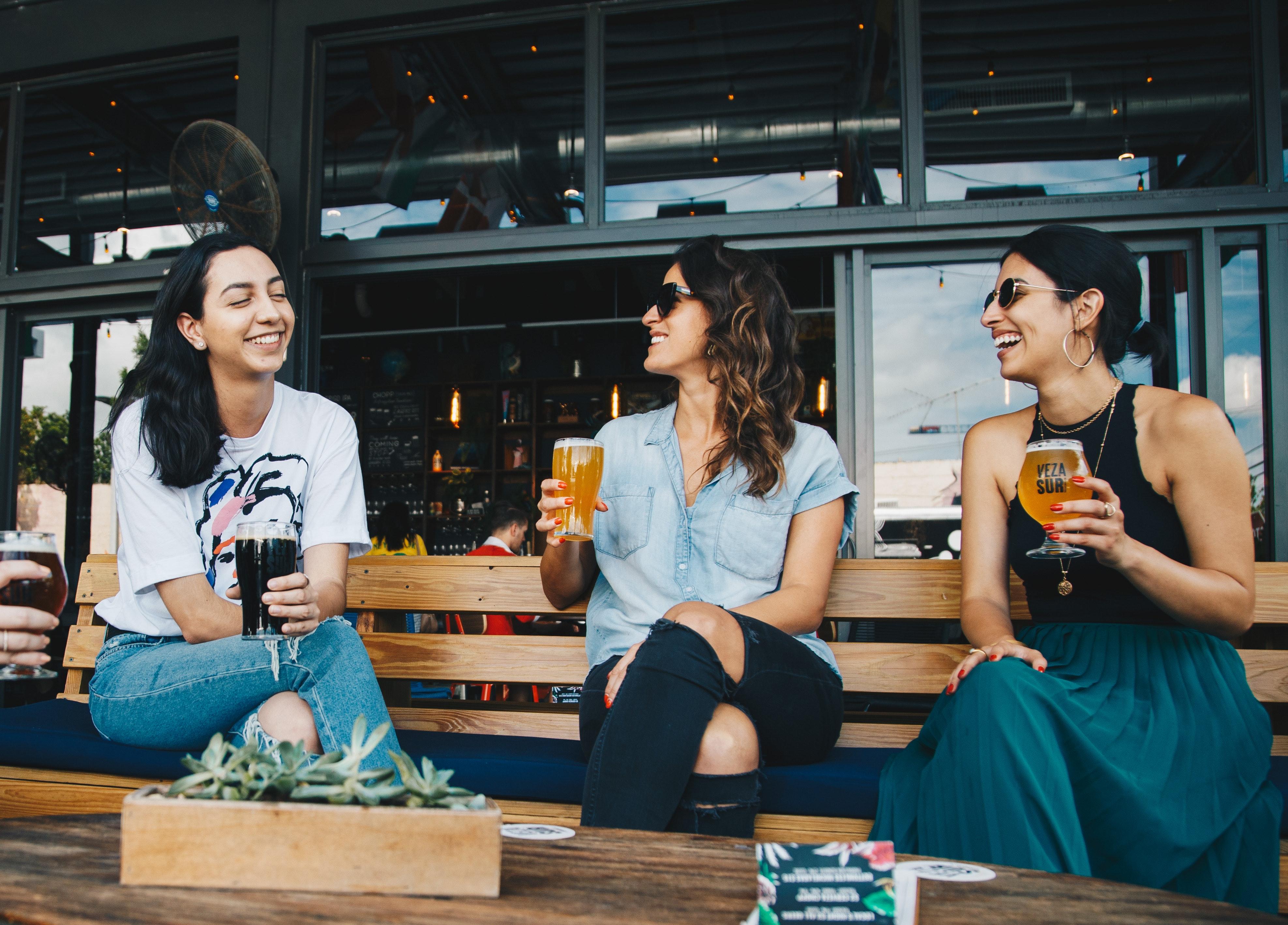 Người lớn quán ba bia đồ uống sự hưởng thụ bạn bè nhóm vui mừng những