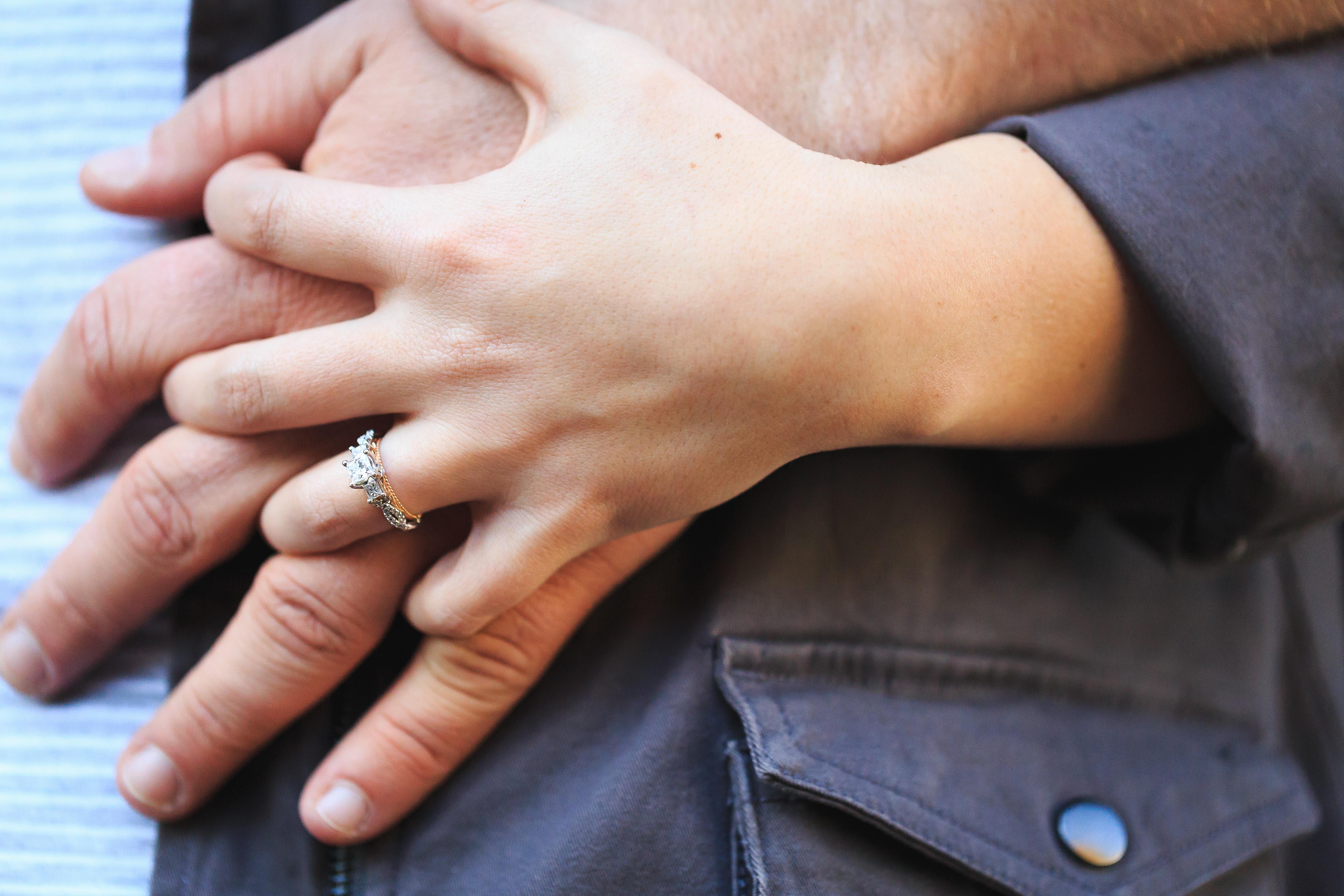 hình ảnh : Tình cảm, Đóng lên, Vợ chồng, nhẫn đính hôn, Ngón tay, Tay, nắm tay, yêu, Quan hệ, da, cùng với nhau, Sự gần gũi 5472x3648