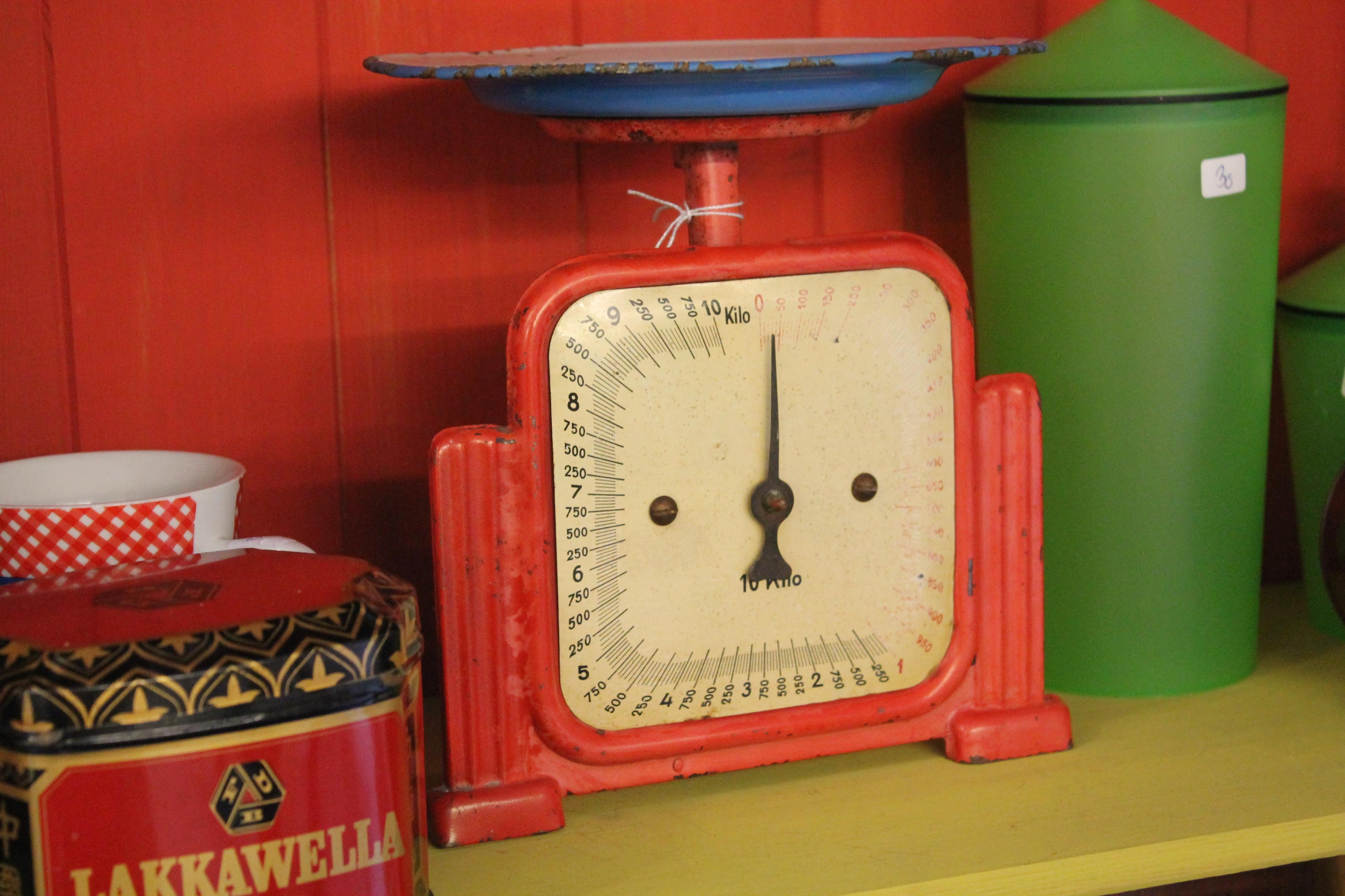 Fotos gratis : antiguo, reloj, rojo, mueble, peso, utensilio de ...
