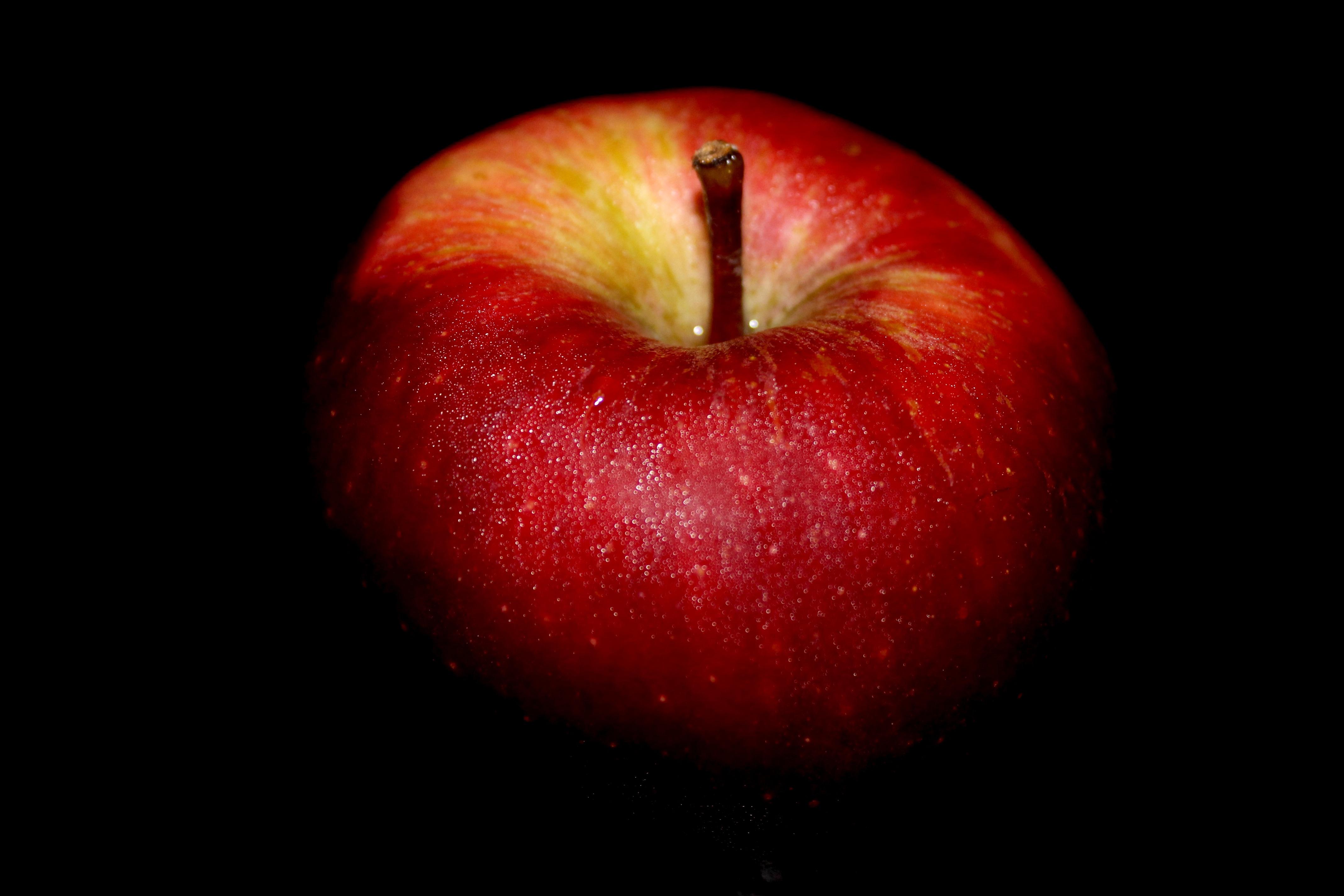 картинки красные фрукты на черном фоне отличное