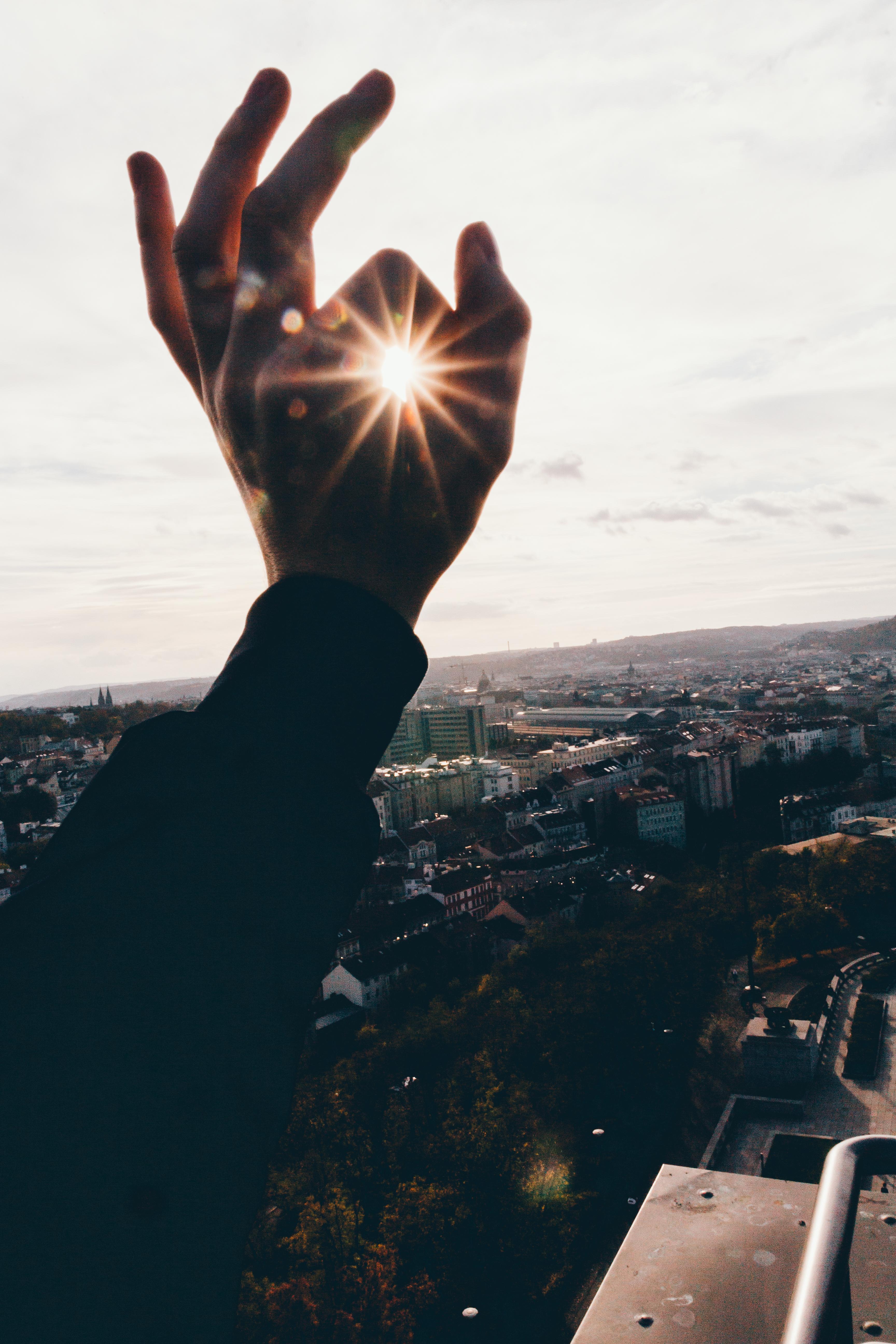 красивые картинки рук на фоне неба еще одно