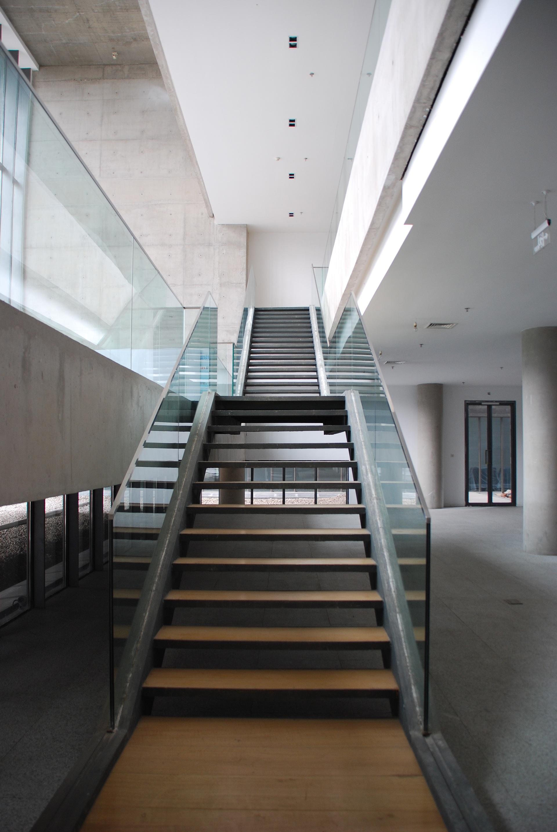 Fotos gratis arquitectura piso edificio sala for Iluminacion escaleras interiores