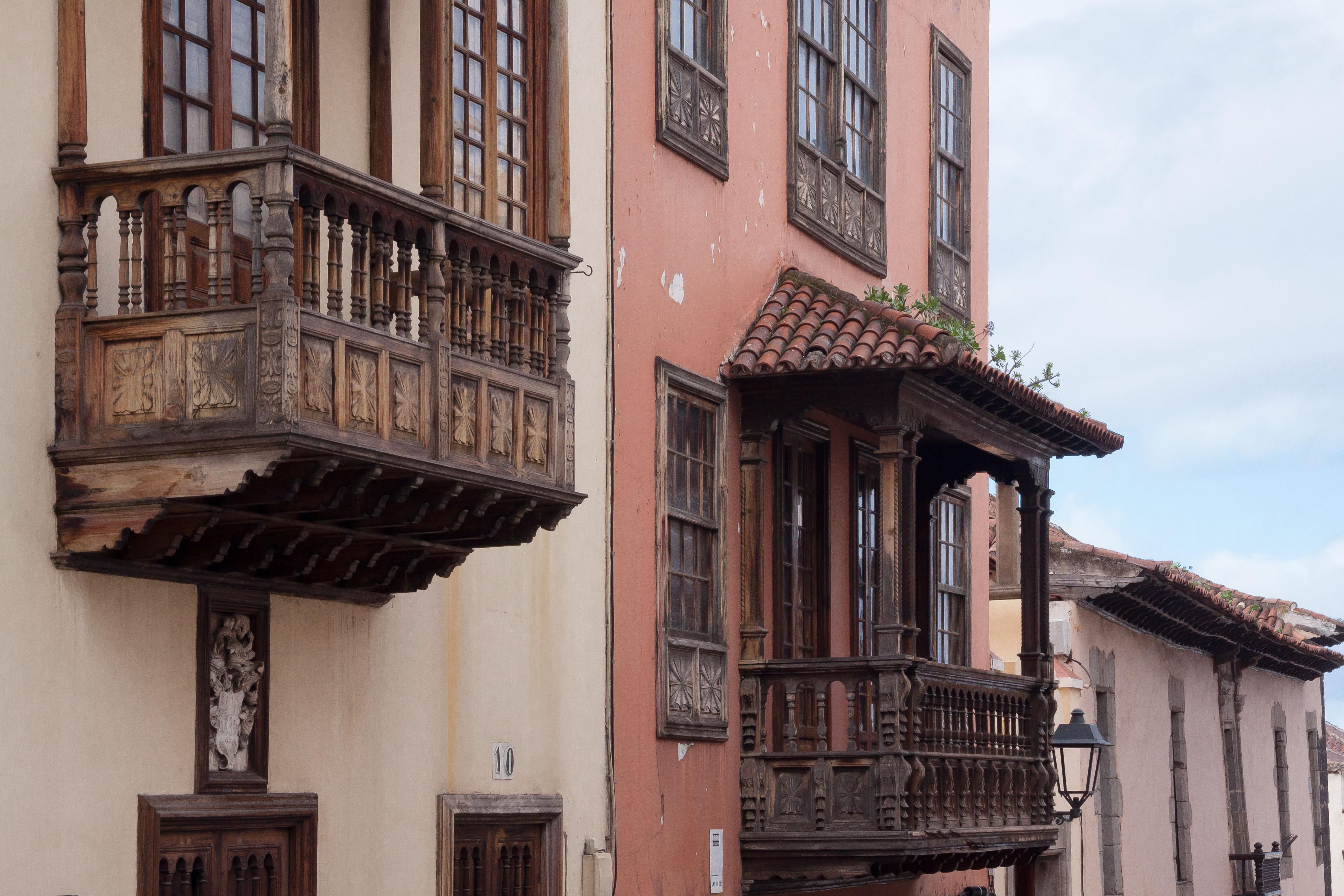 Fachadas de casas adosadas cheap fachada turismo casa antigua persianas edificios casas - Persianas palacio ...