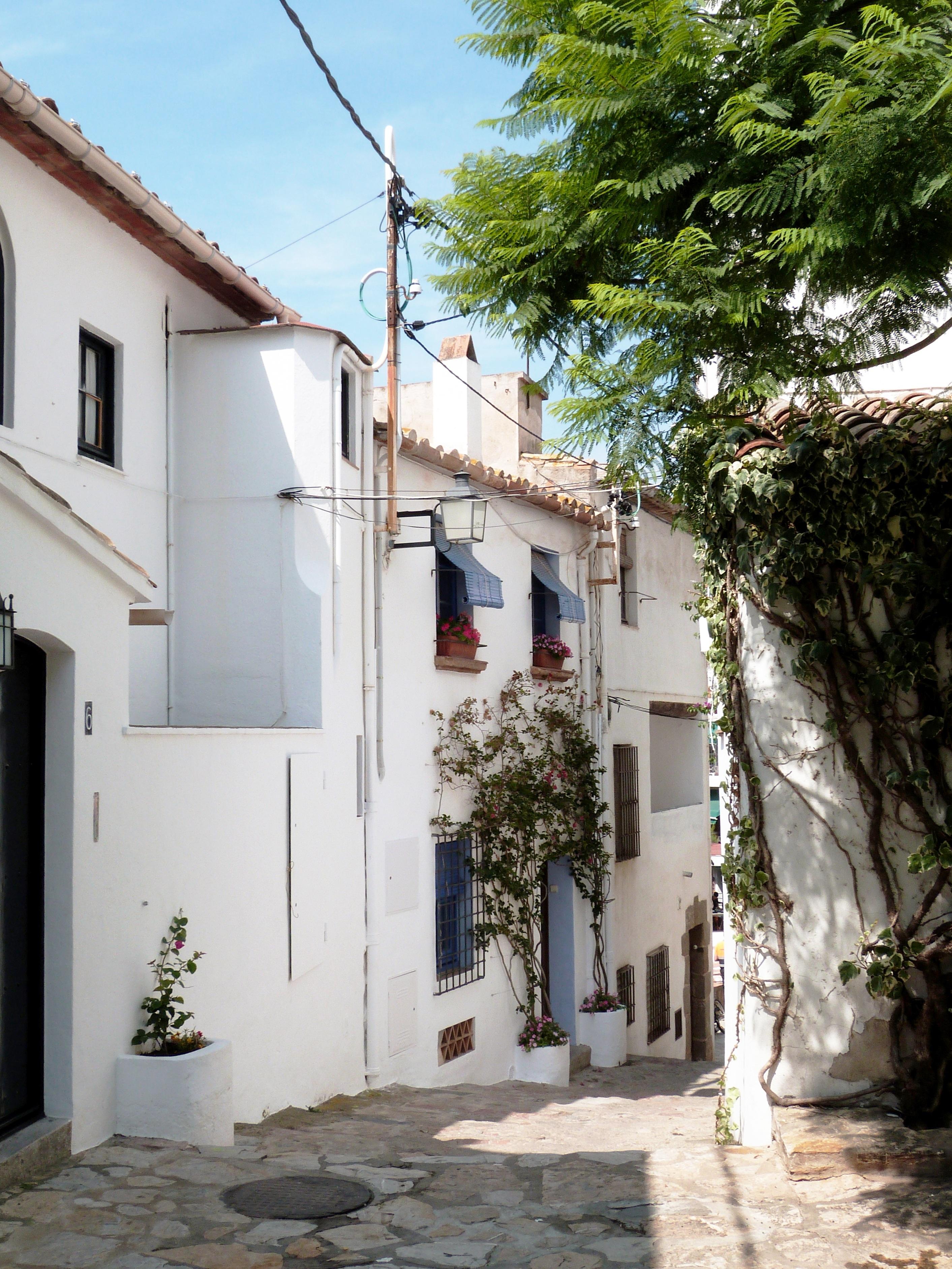 Fotos gratis arquitectura gente la carretera blanco - Casas calella de palafrugell ...