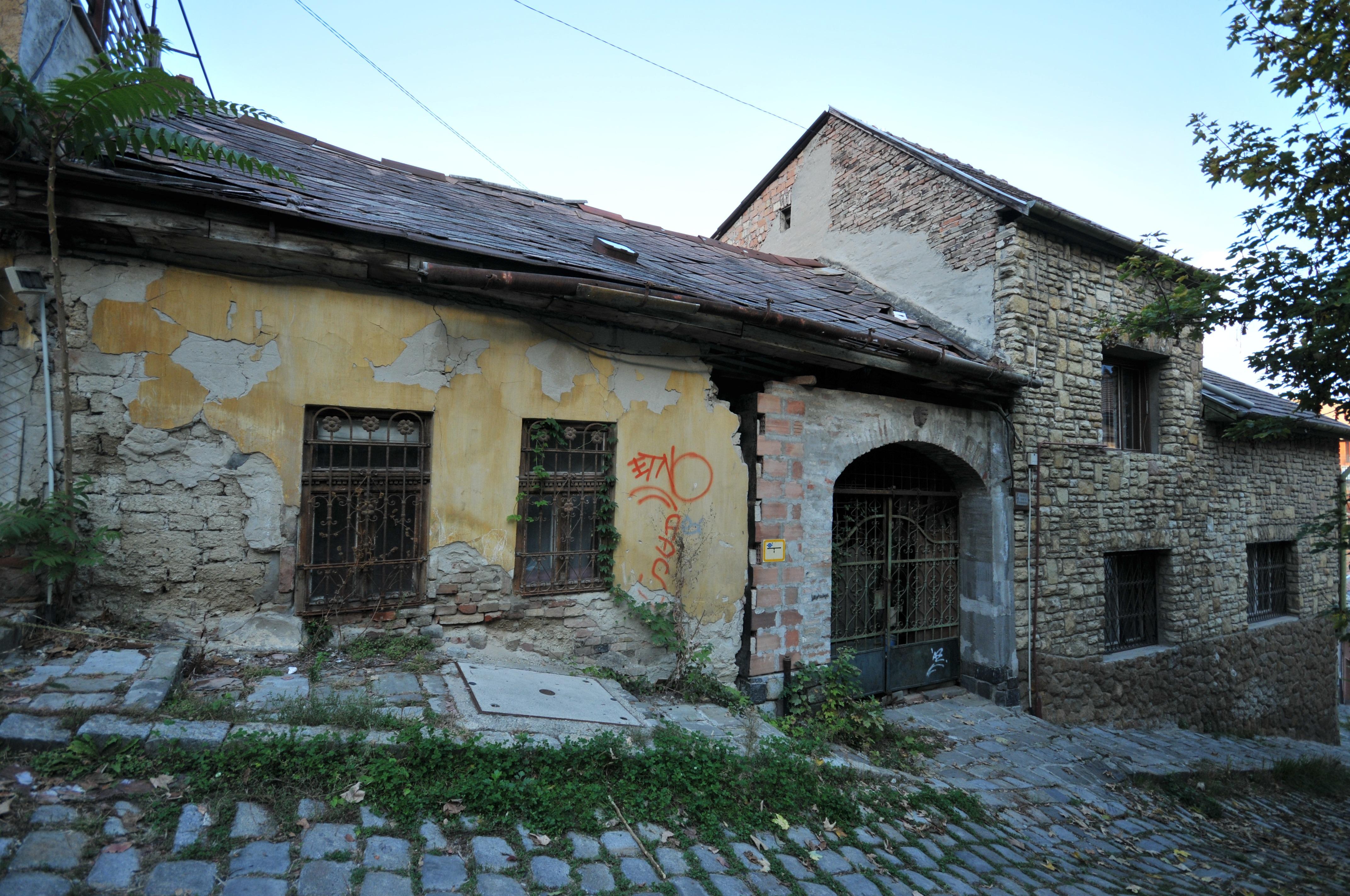 Images gratuites architecture rue maison b timent chauss e village chalet fa ade - Maison de la hongrie paris ...