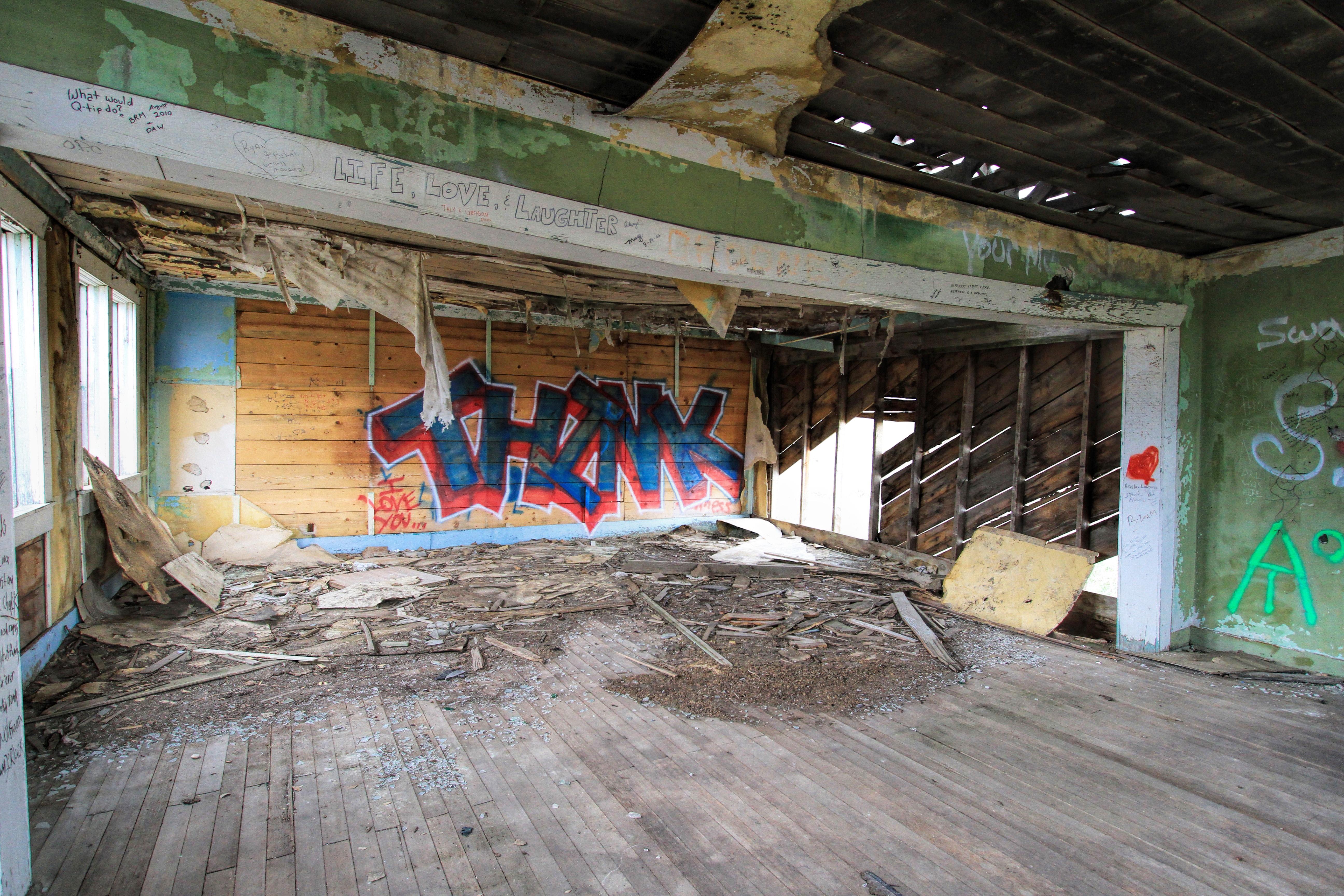 Architecture structure bois ferme intérieur bâtiment vieux maison rustique rural cassé abandonné usine pourriture graffiti altéré