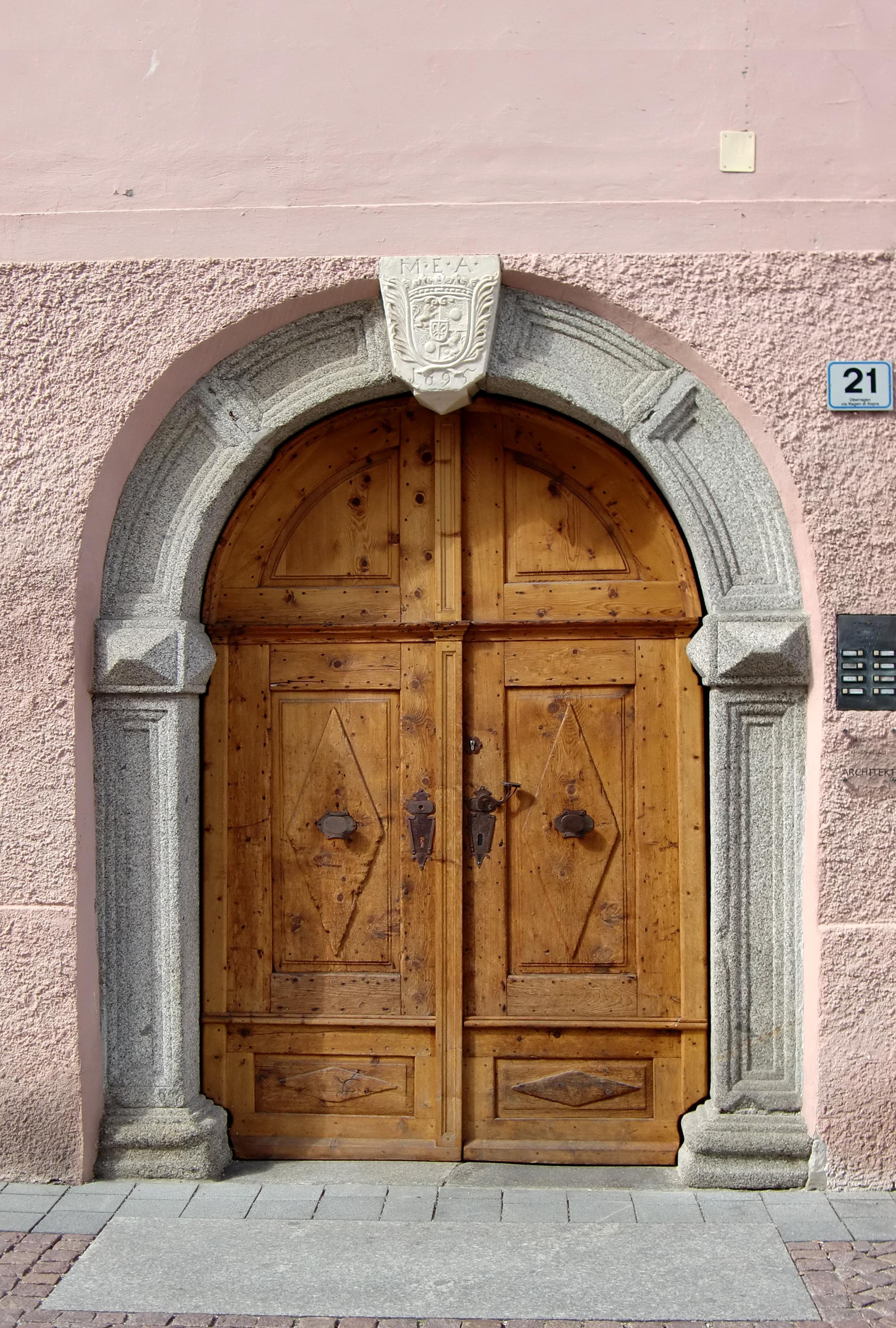Bildet arkitektur struktur tre vindu vegg bue for Door to gate kontakt