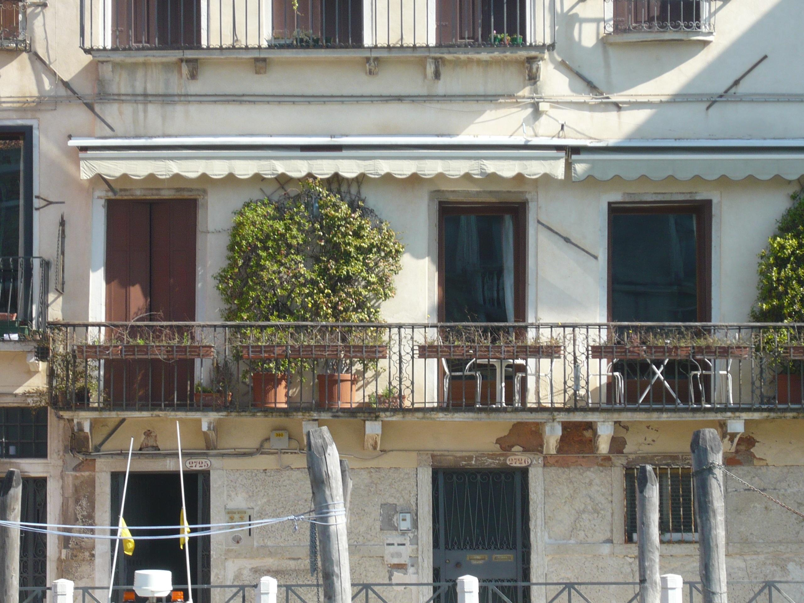 Gambar Arsitektur Vila Rumah Jendela Atap Beranda Balkon