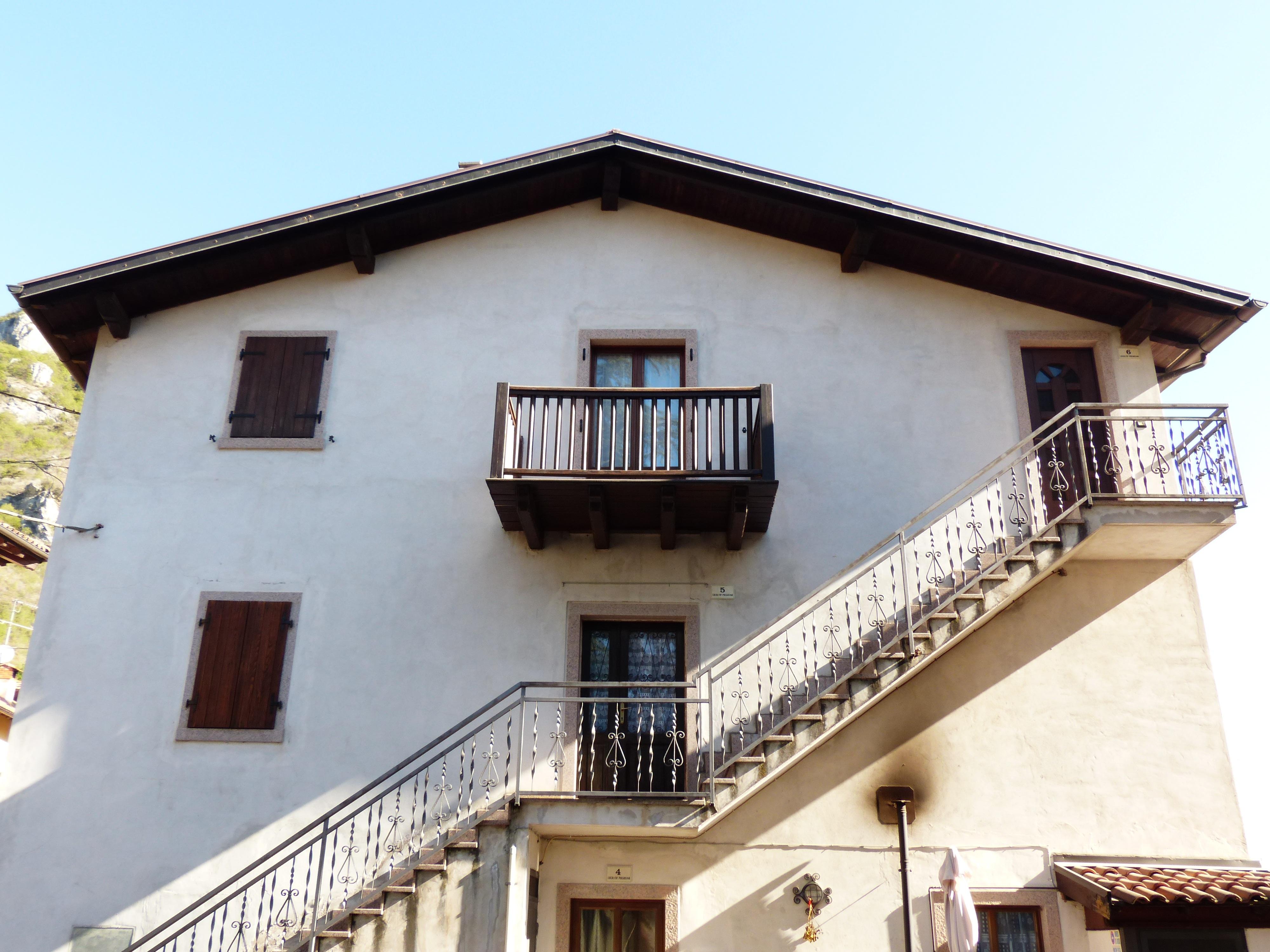 Gambar Arsitektur Vila Rumah Besar Jendela Atap Bangunan
