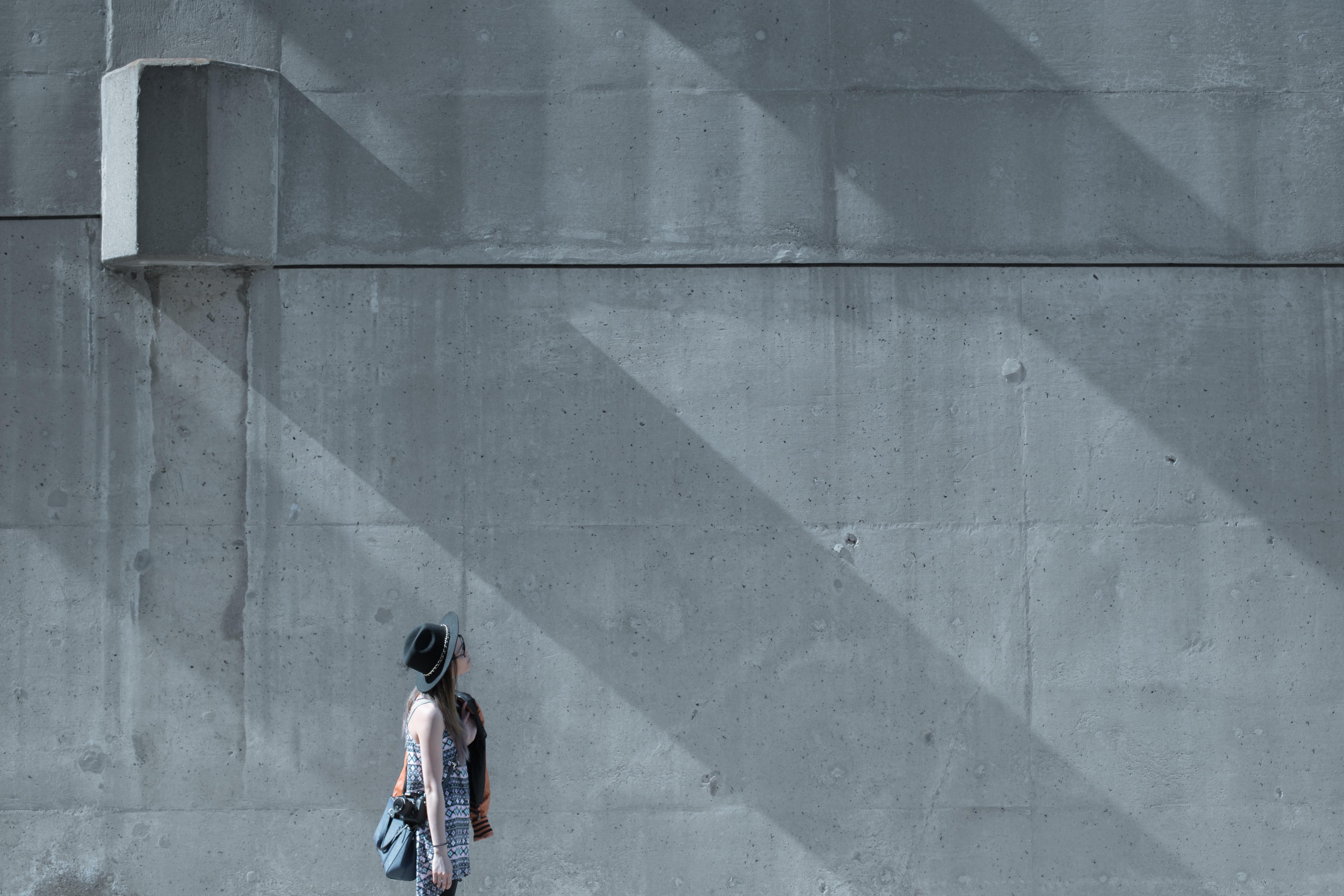 картинка серая стена на улице связи