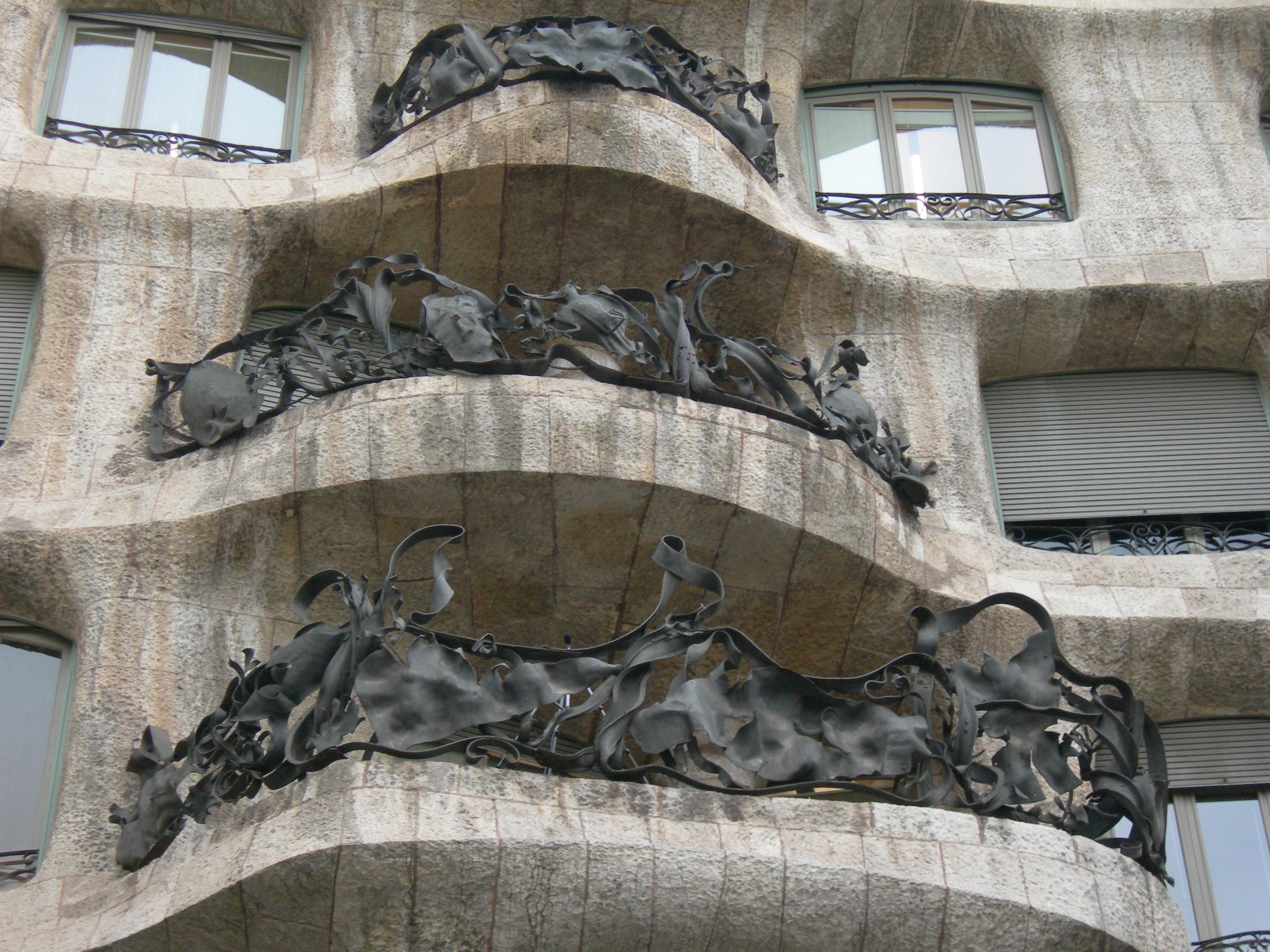 ventana pared monumento estatua fachada barcelona grgola escultura art mural gaud historia hierro tallado modernismo
