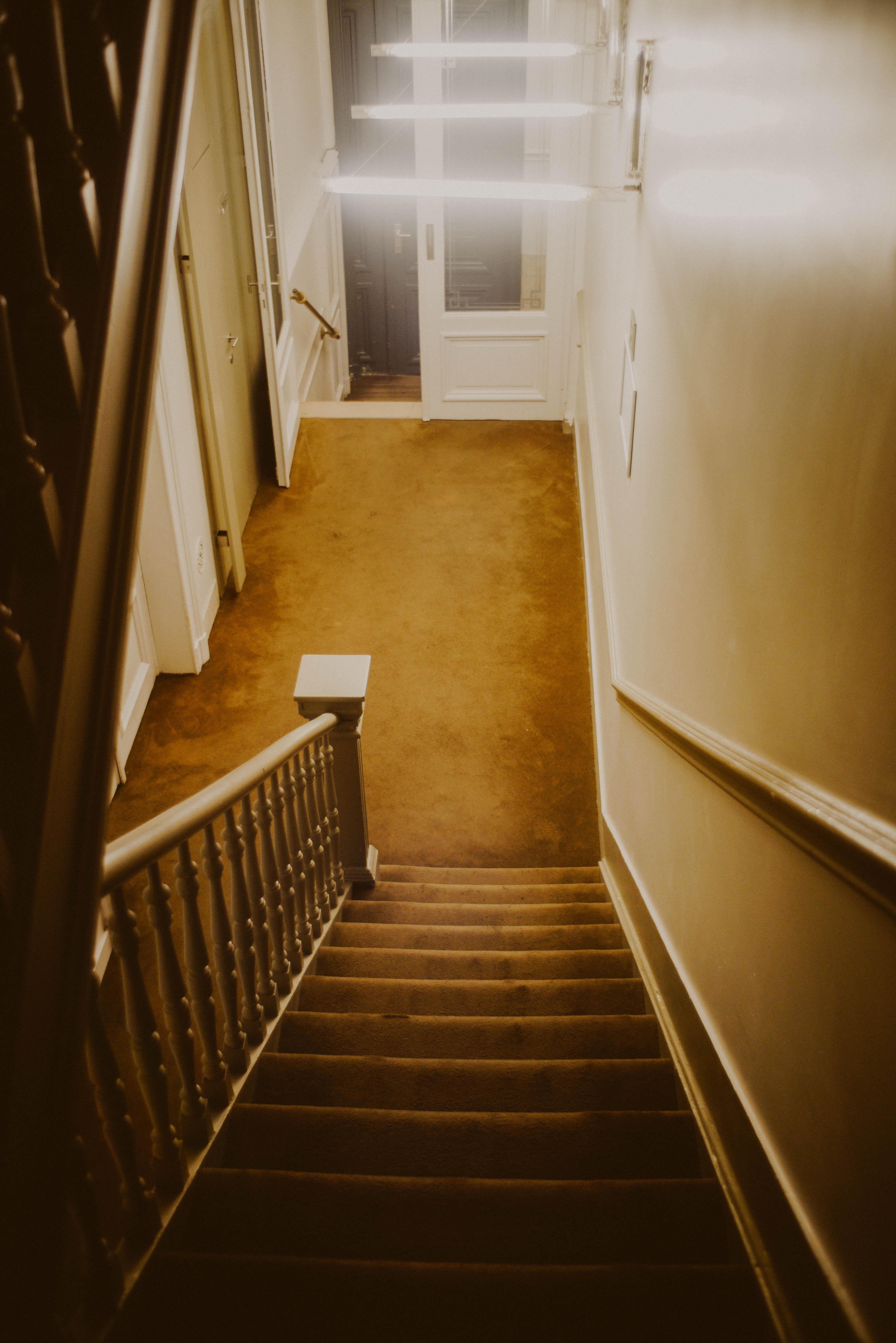 https://get.pxhere.com/photo/architecture-wood-house-floor-interior-hall-room-tourism-interior-design-brussel-colour-art-brussels-design-stairs-hotel-kunst-tourismus-flooring-inneneinrichtung-458931.jpg