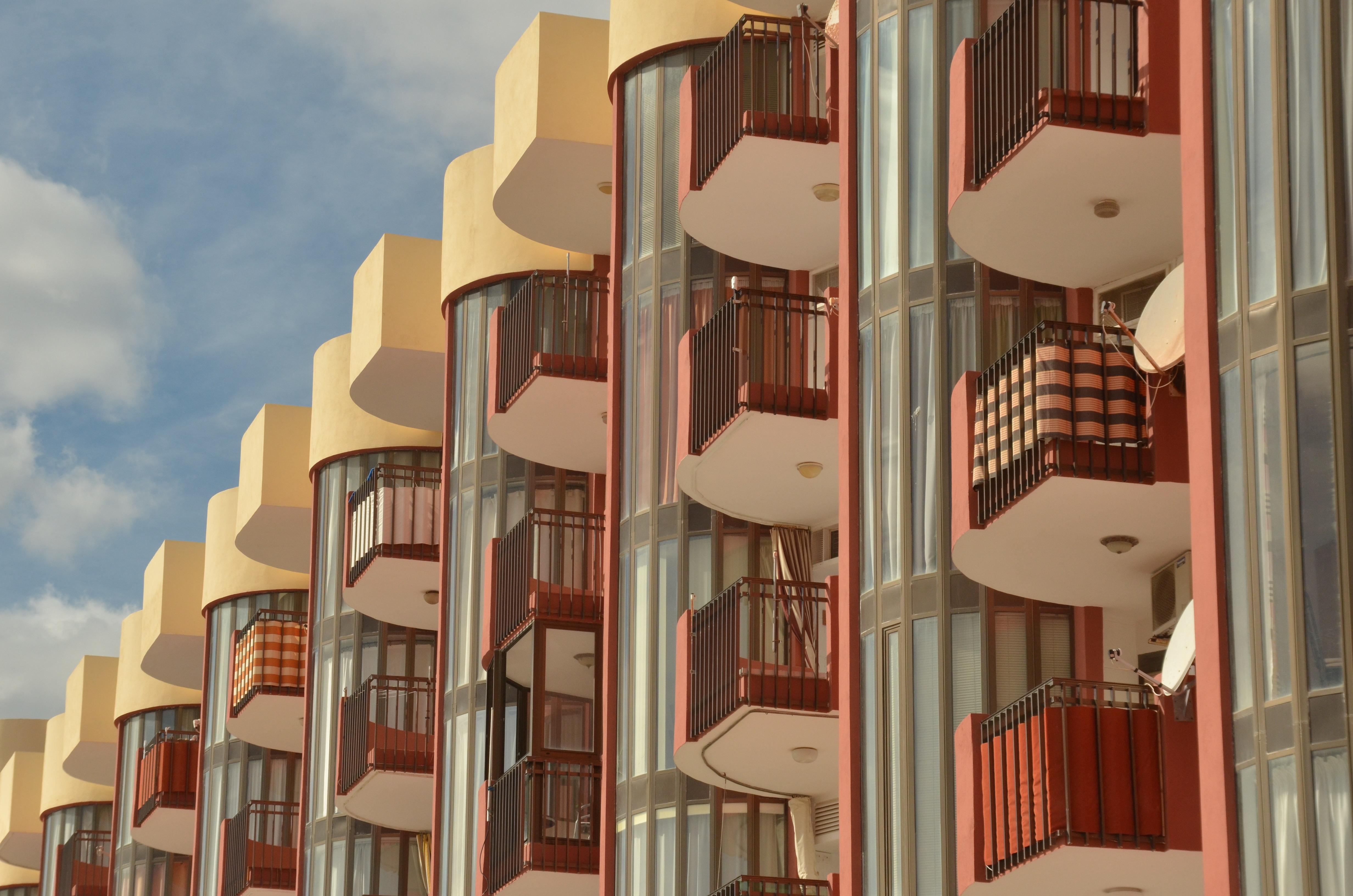 Fotos gratis arquitectura madera casa balc n fachada for Diseno de interiores espana