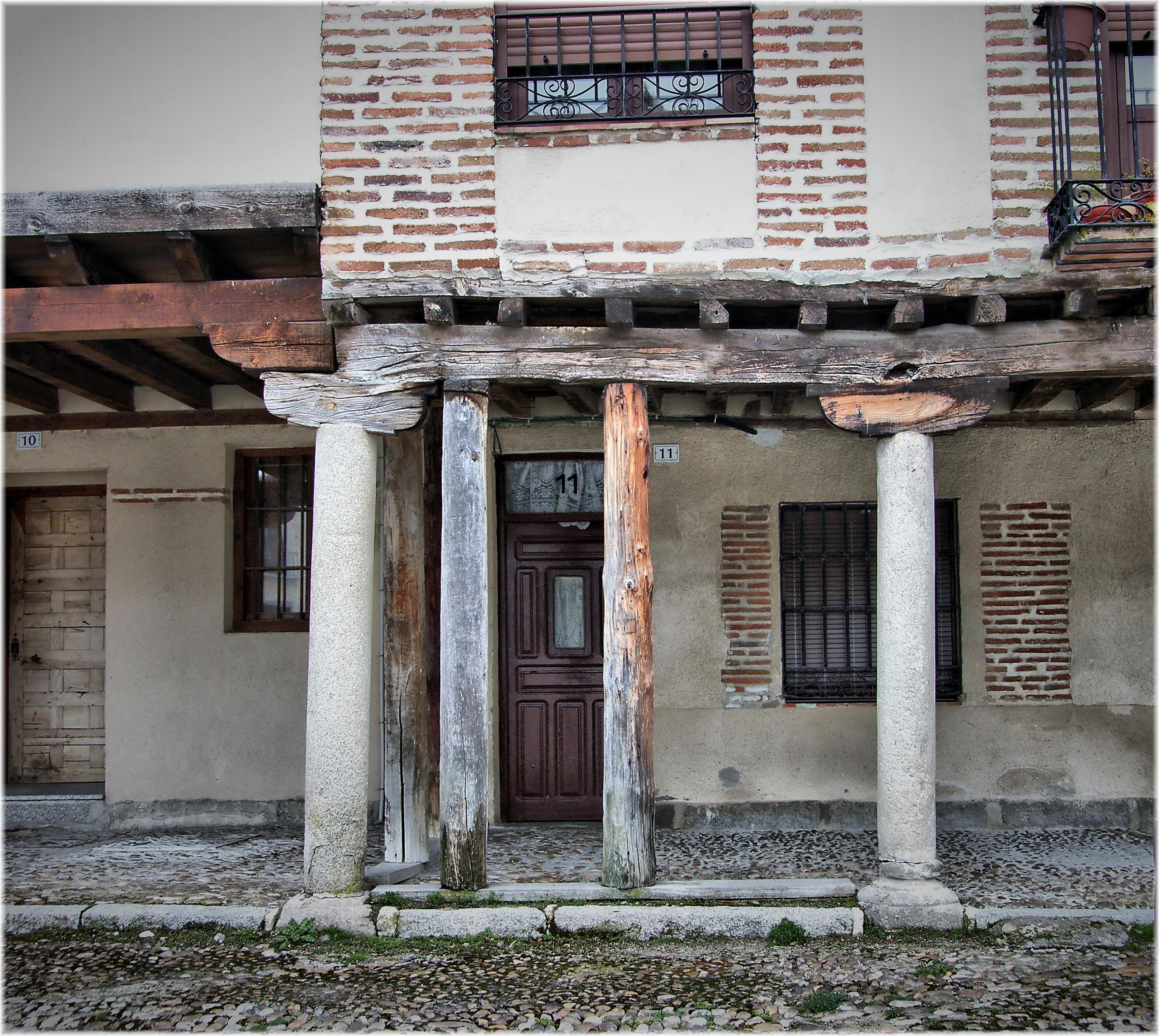 Fotos gratis arquitectura madera calle casa ventana for Arquitectura de interiores madrid
