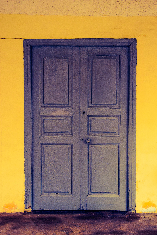 madera ventana pared color azul mueble amarillo puerta casa antigua colores de madera tradicional chipre