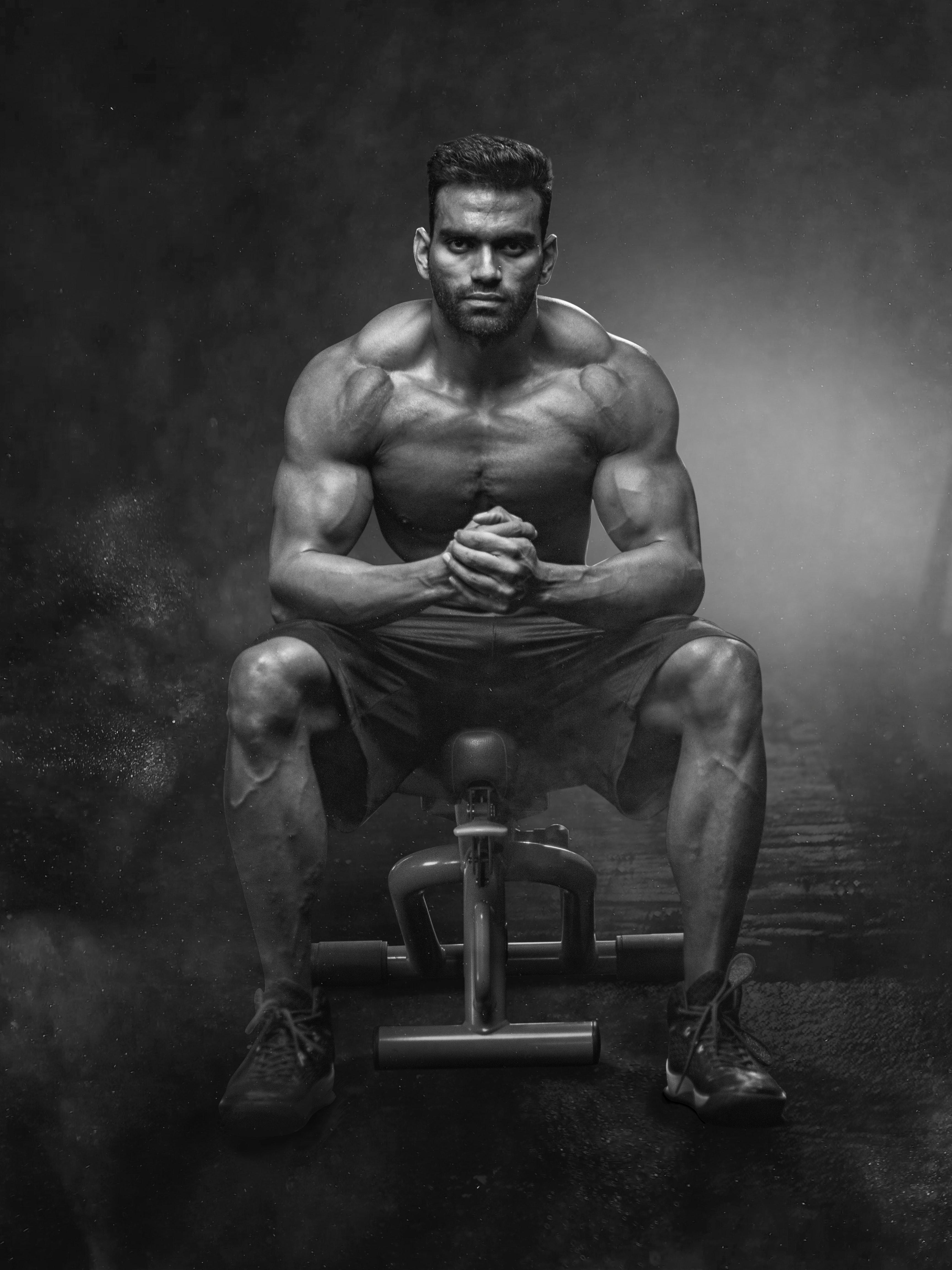 Gambar atlet hitam dan putih tubuh body building binaragawan