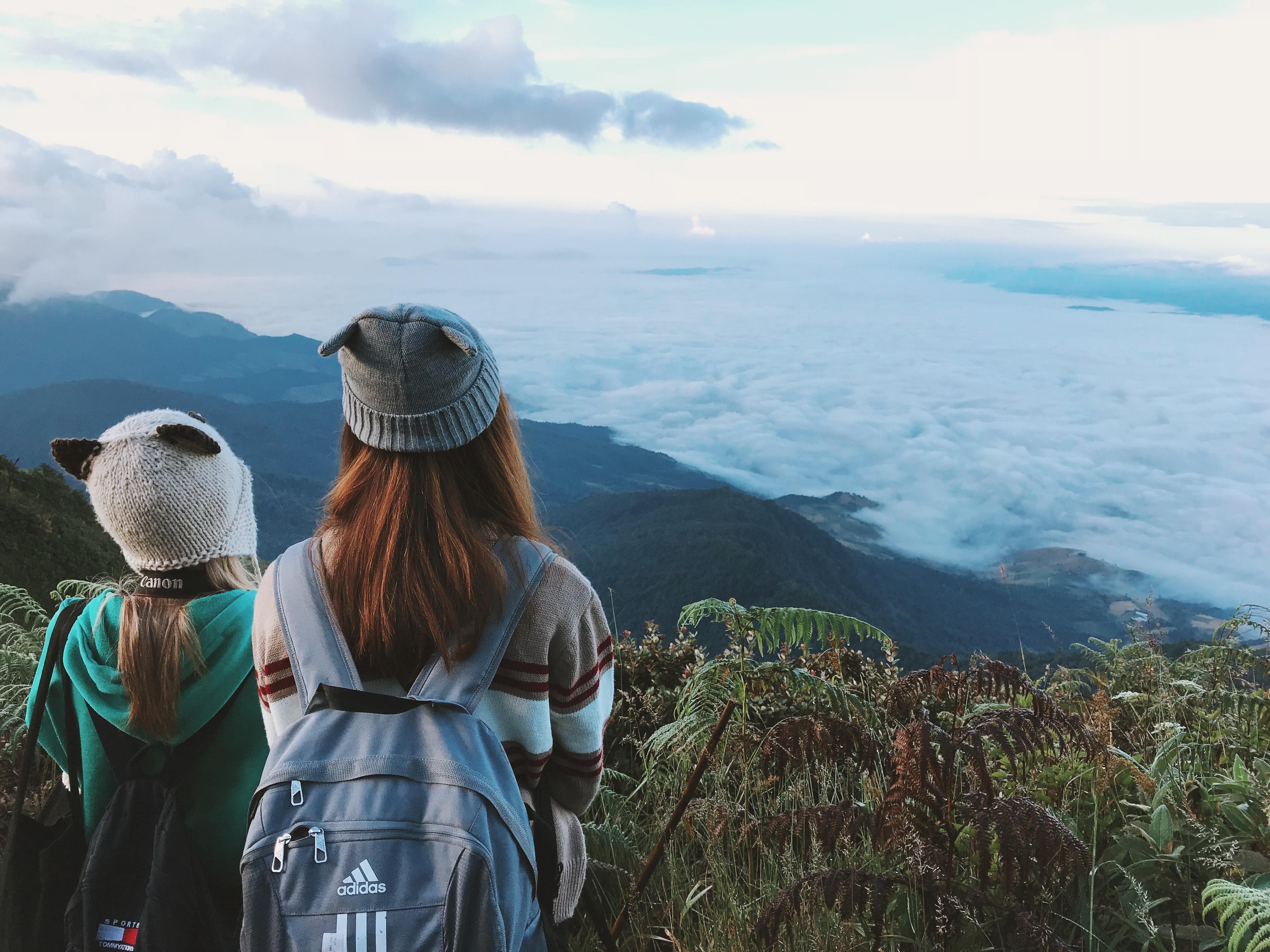 ryggsäck hätta moln dagsljus dimmig landskap ser bergen utomhus personer  växter himmel resa kvinnor 765754c1d387e