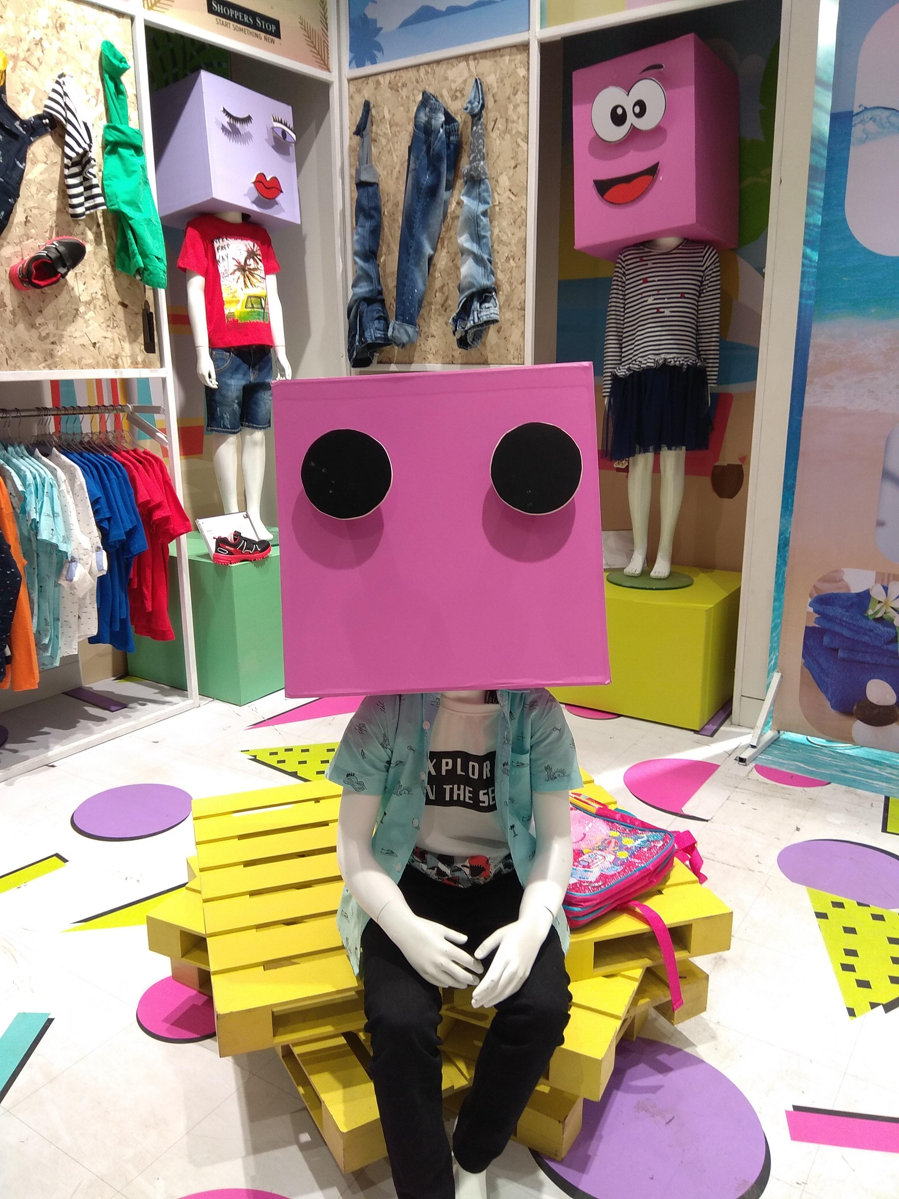 be60986384 bolso ropa ropa color vistoso grandes almacenes exposición Moda divertido  colgando adentro dentro Niños estilo de