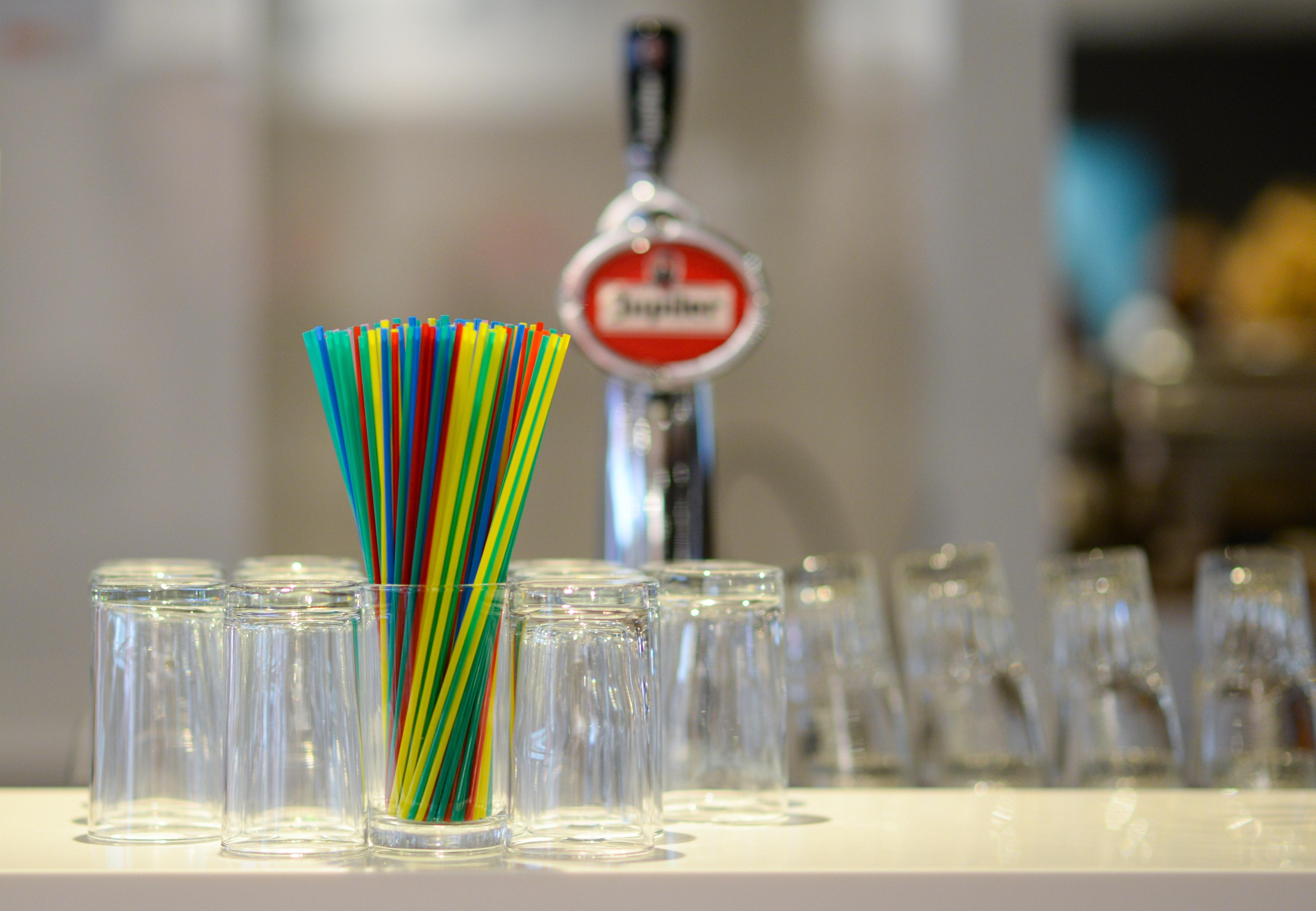 e9fe9dedb915 Bar uklarhet uskarp bakgrunn glass elementer briller innendørs rustfritt  stål sugerør bord avgiftsfrie bilder