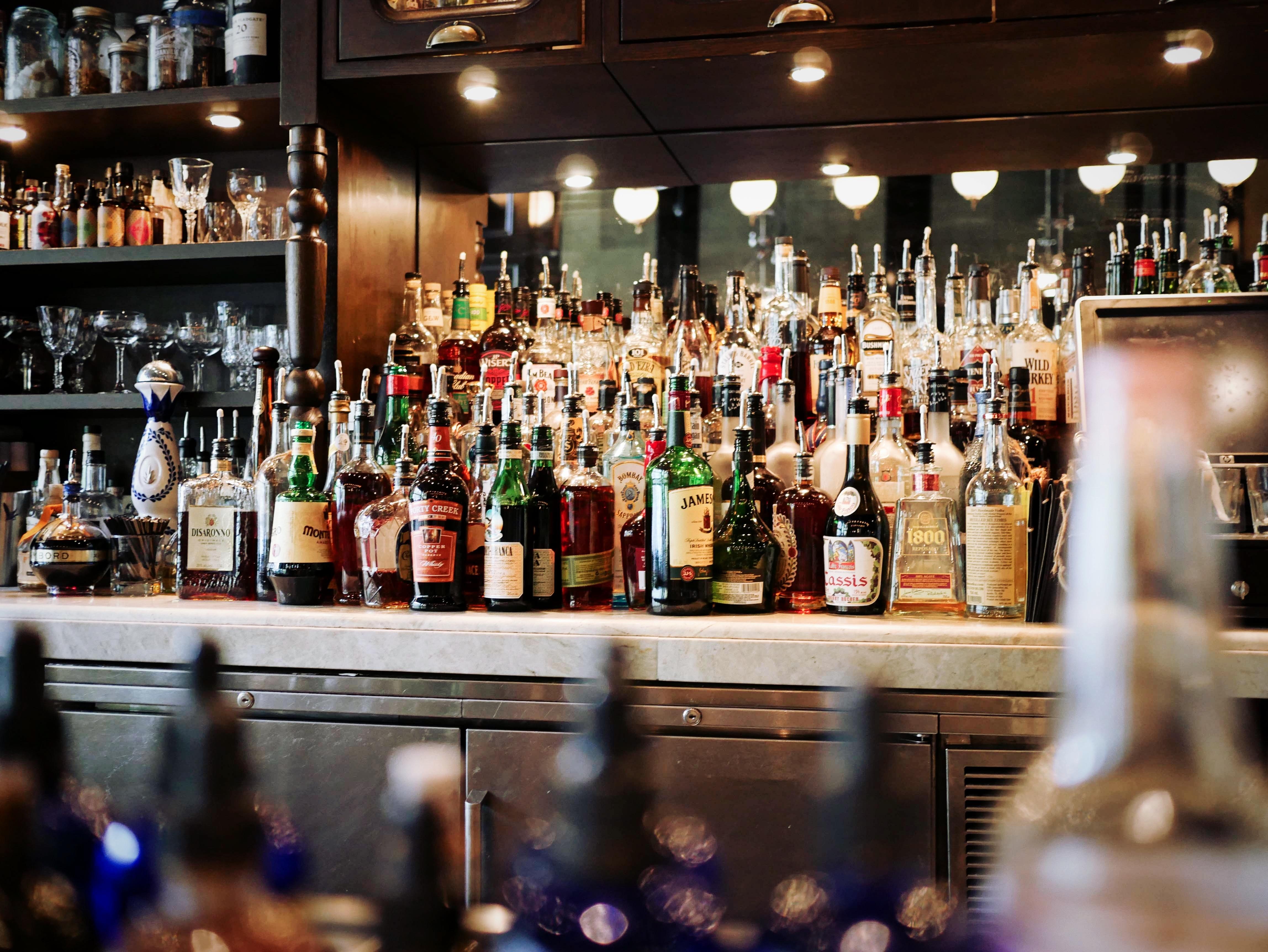 Kostenlose foto : Bar, Zähler, Getränk, Bier, Barmann, Flaschen ...