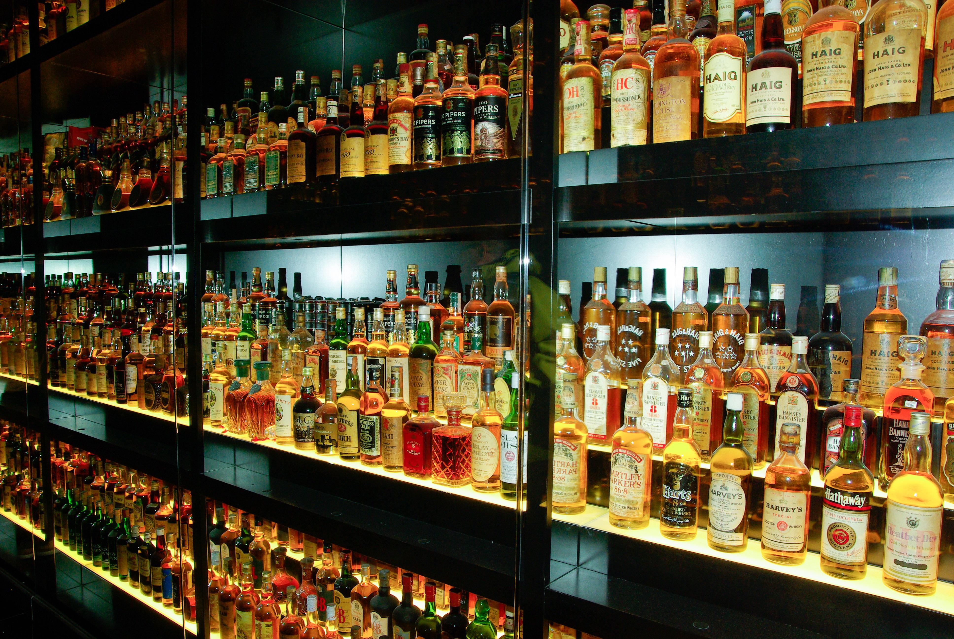 images gratuites bar bi re de l 39 alcool bouteilles whisky boisson alcoolis e magasin d. Black Bedroom Furniture Sets. Home Design Ideas