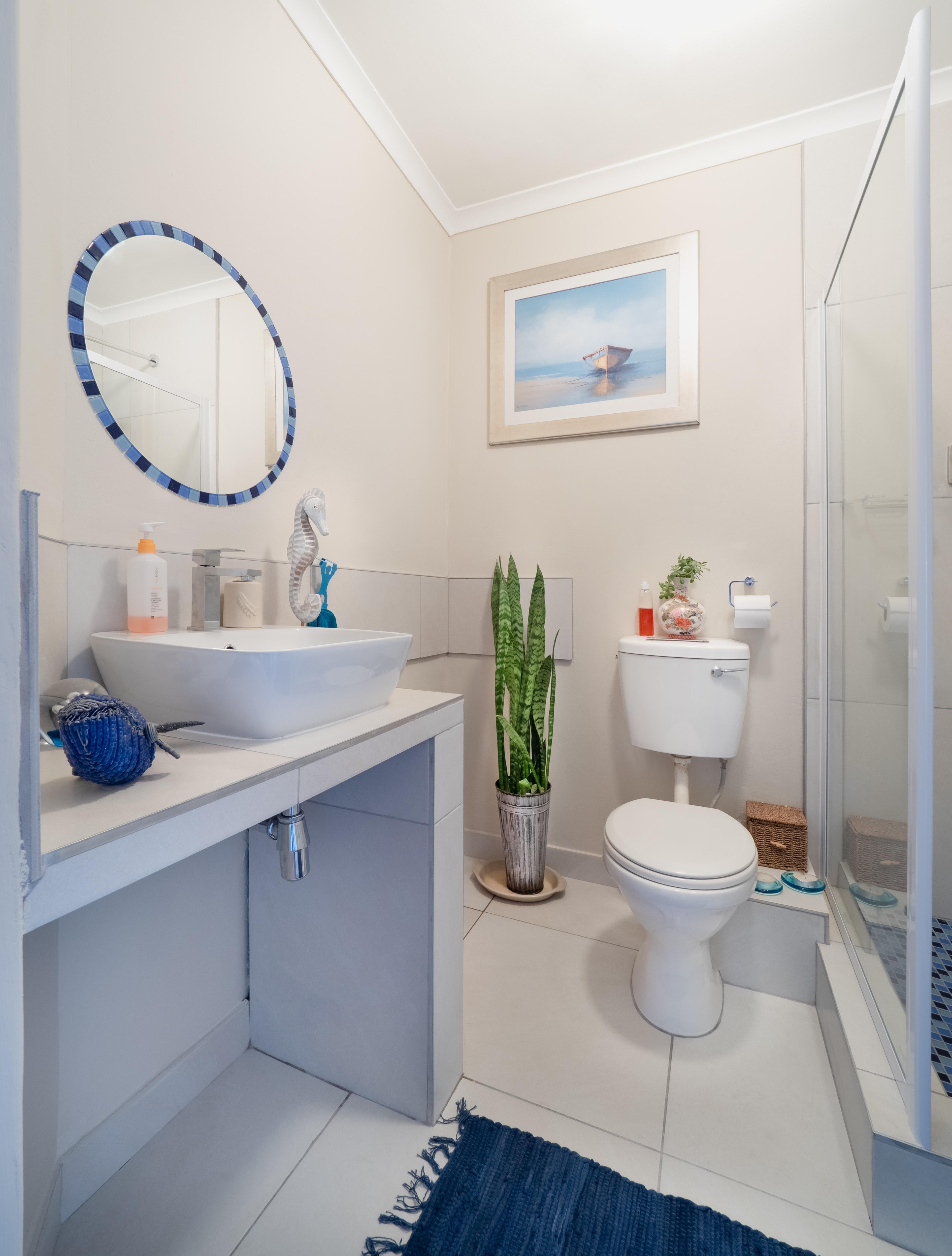 Gambar kamar mandi biru milik desain interior