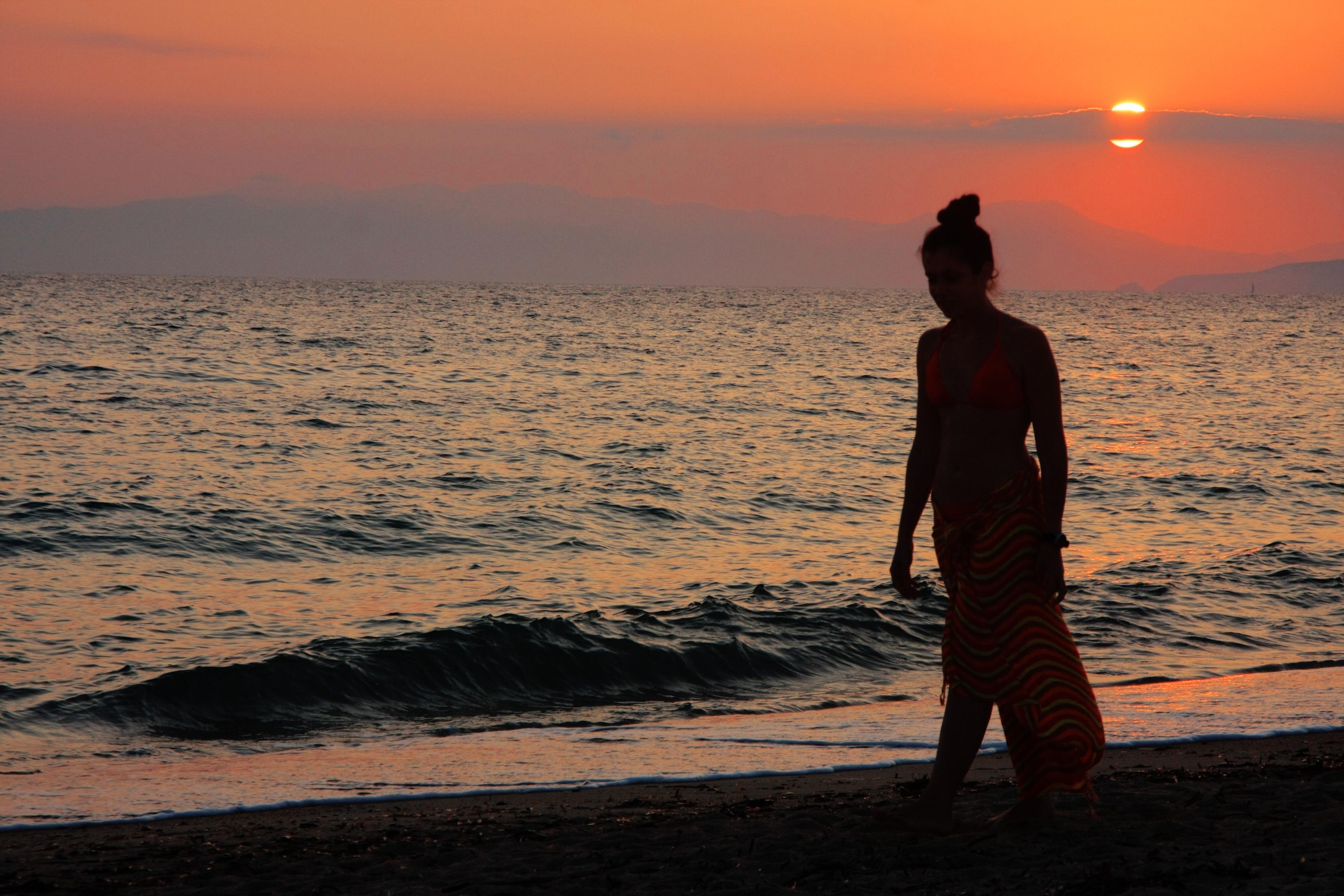 Картинки море закат девушка на пляже