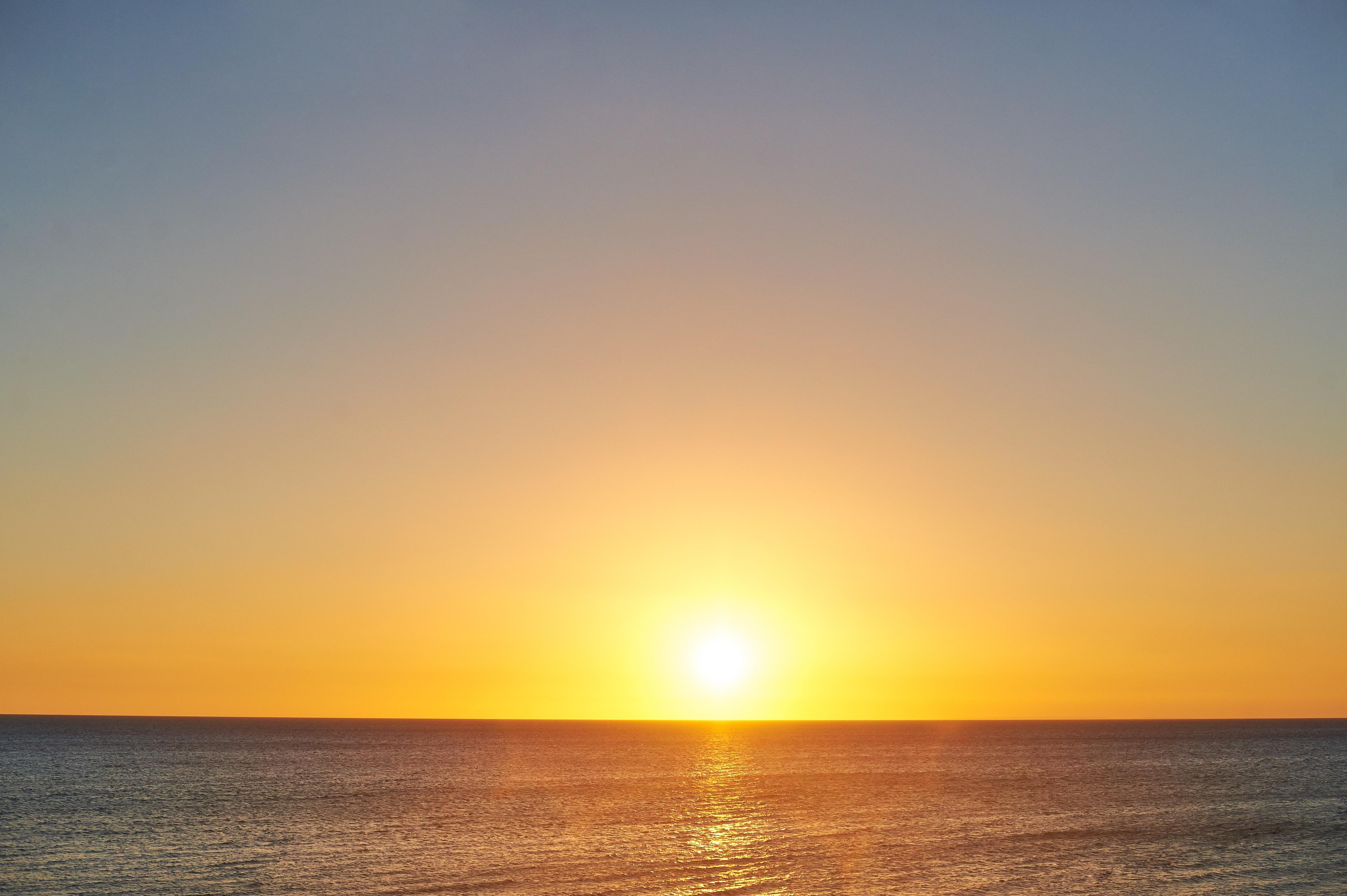 незаменимый фото восход над морем сути, являясь нейтральной
