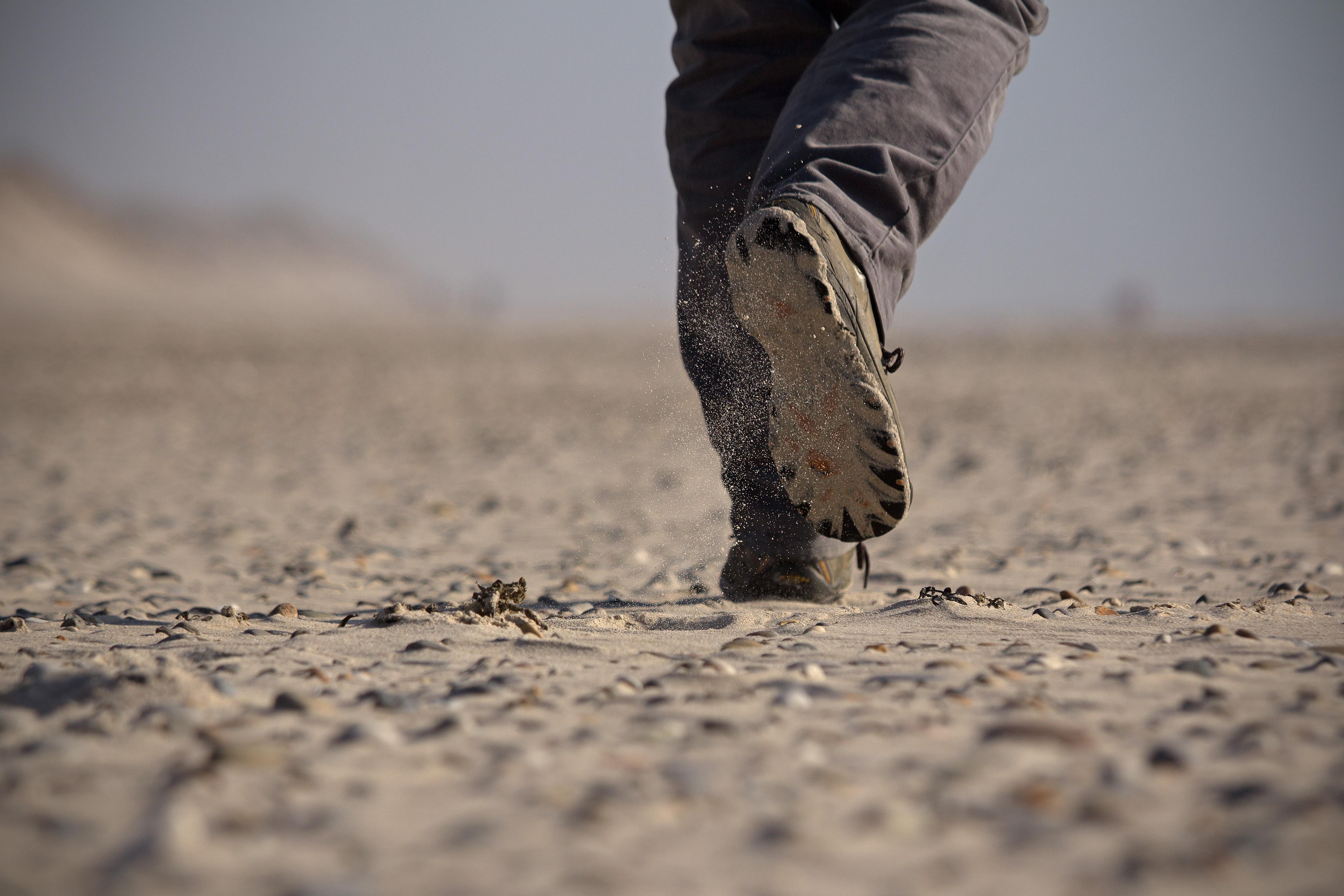 Gambar Pantai Jalan Pasir Langkah Arah Lumpur Tunggal Tanah Gerakan Bahan Merapatkan Sepatu Jauh Pada Kaki