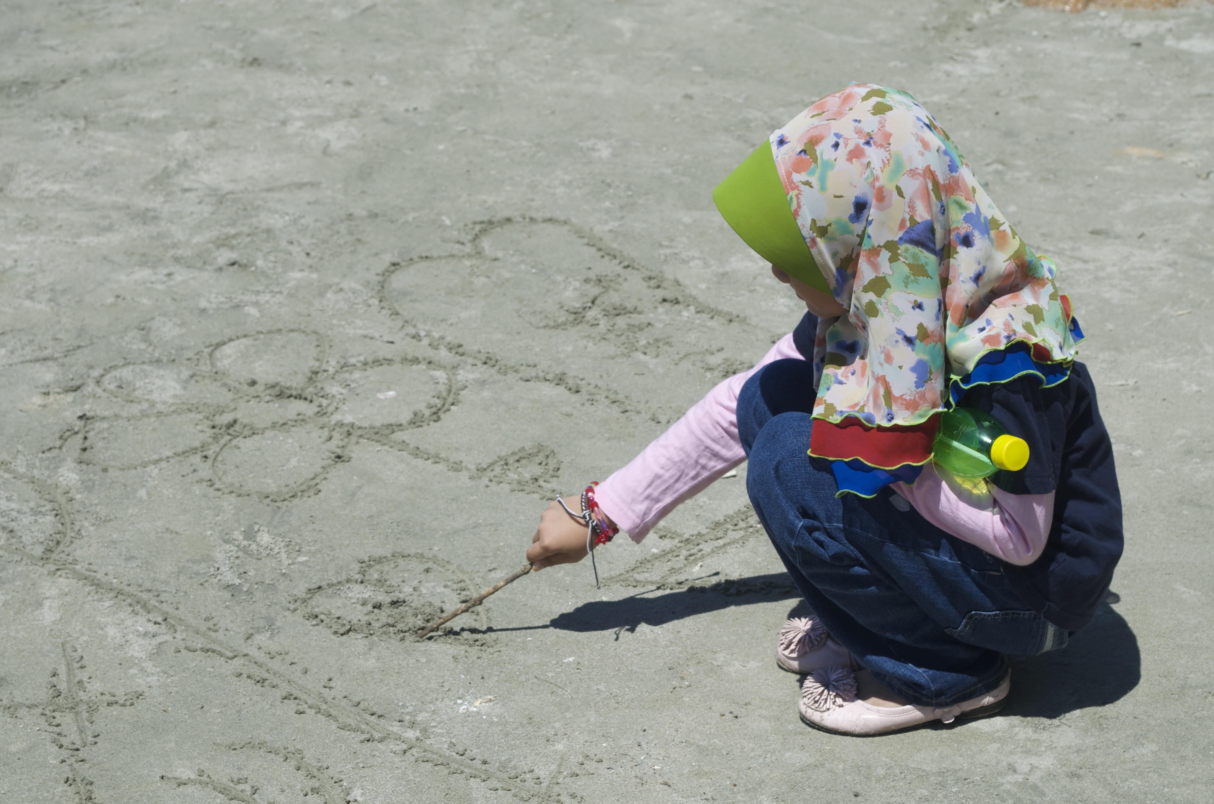 Gambar Pantai Pasir Orang Gadis Bermain Musim Panas