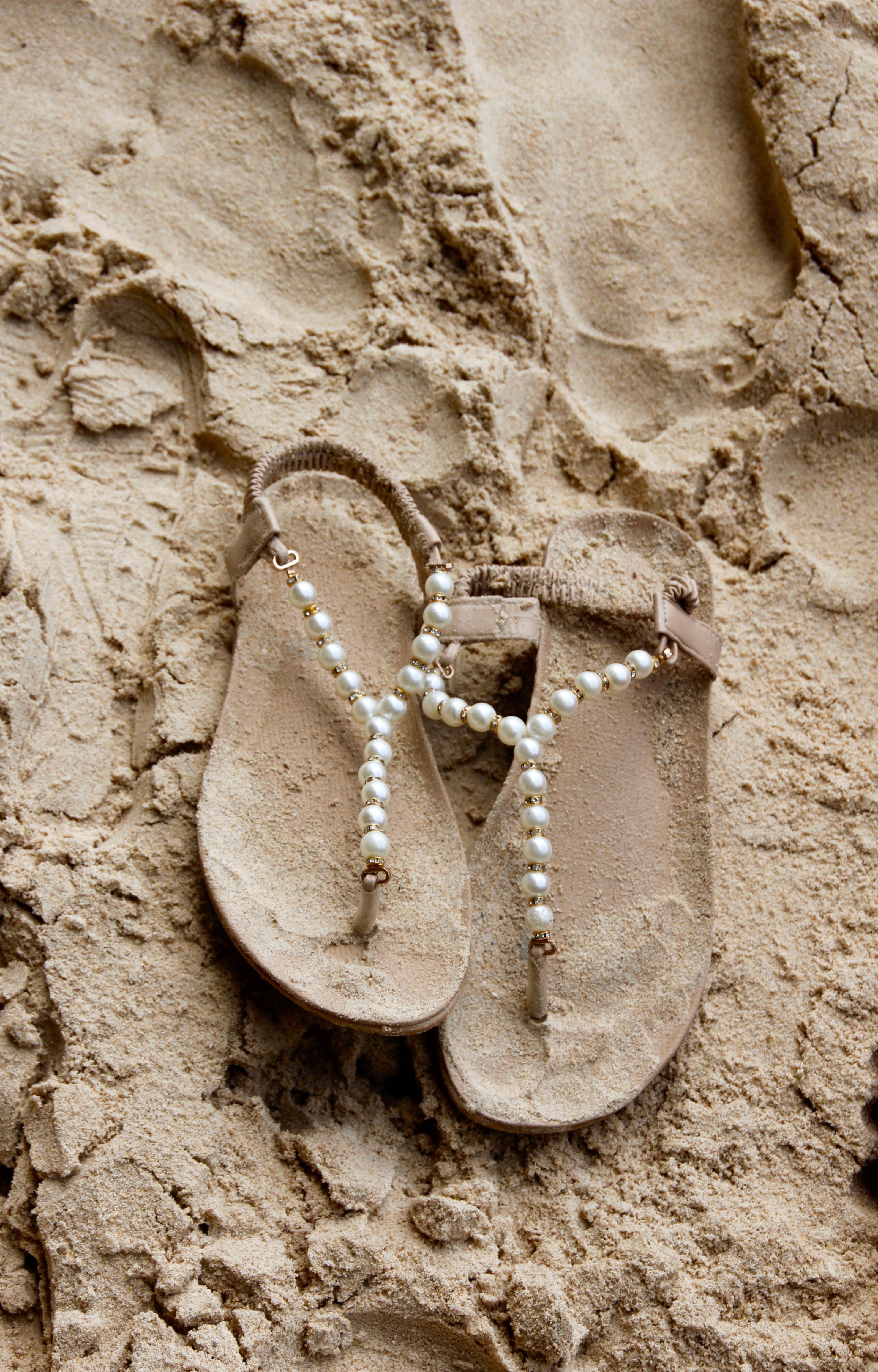 spiaggia sabbia roccia legna orma ciabatte infradito avvicinamento tracce nella  sabbia geologia tempio sandali calzature intaglio ad592e0b1d9