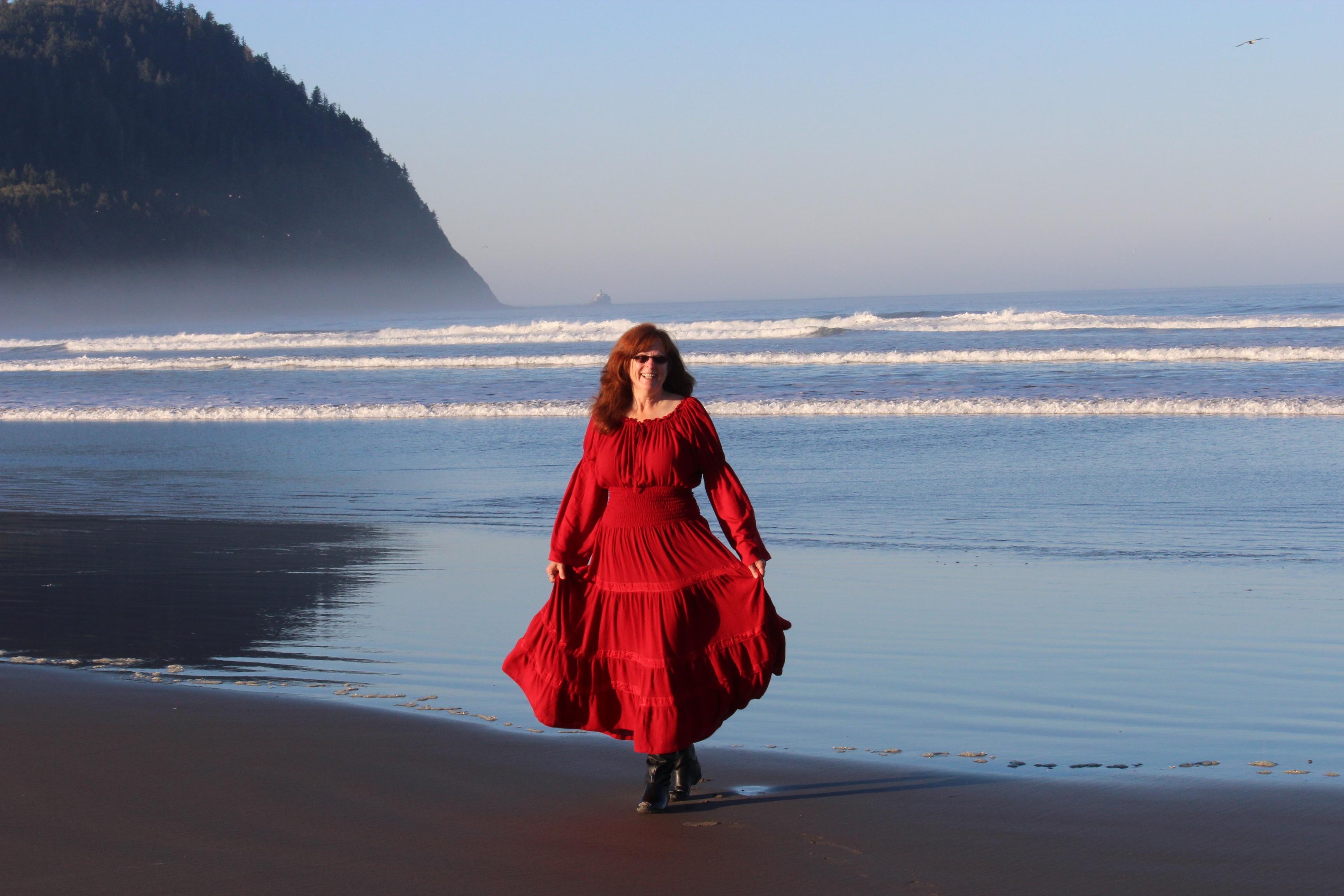 красные платья у моря фото это очень популярный