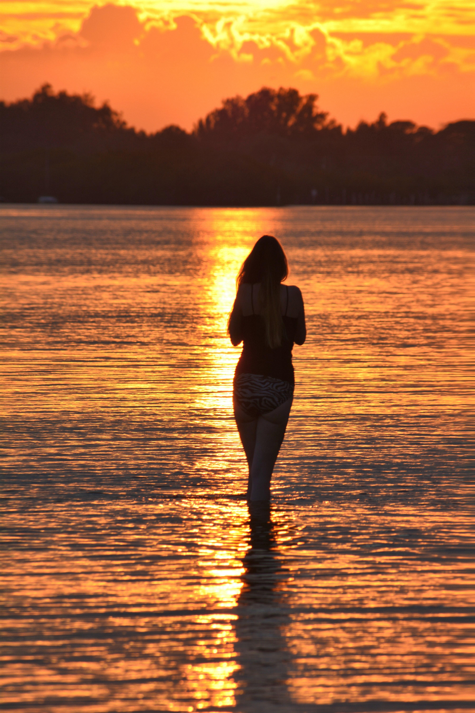Картинка девушки у моря со спины на закате