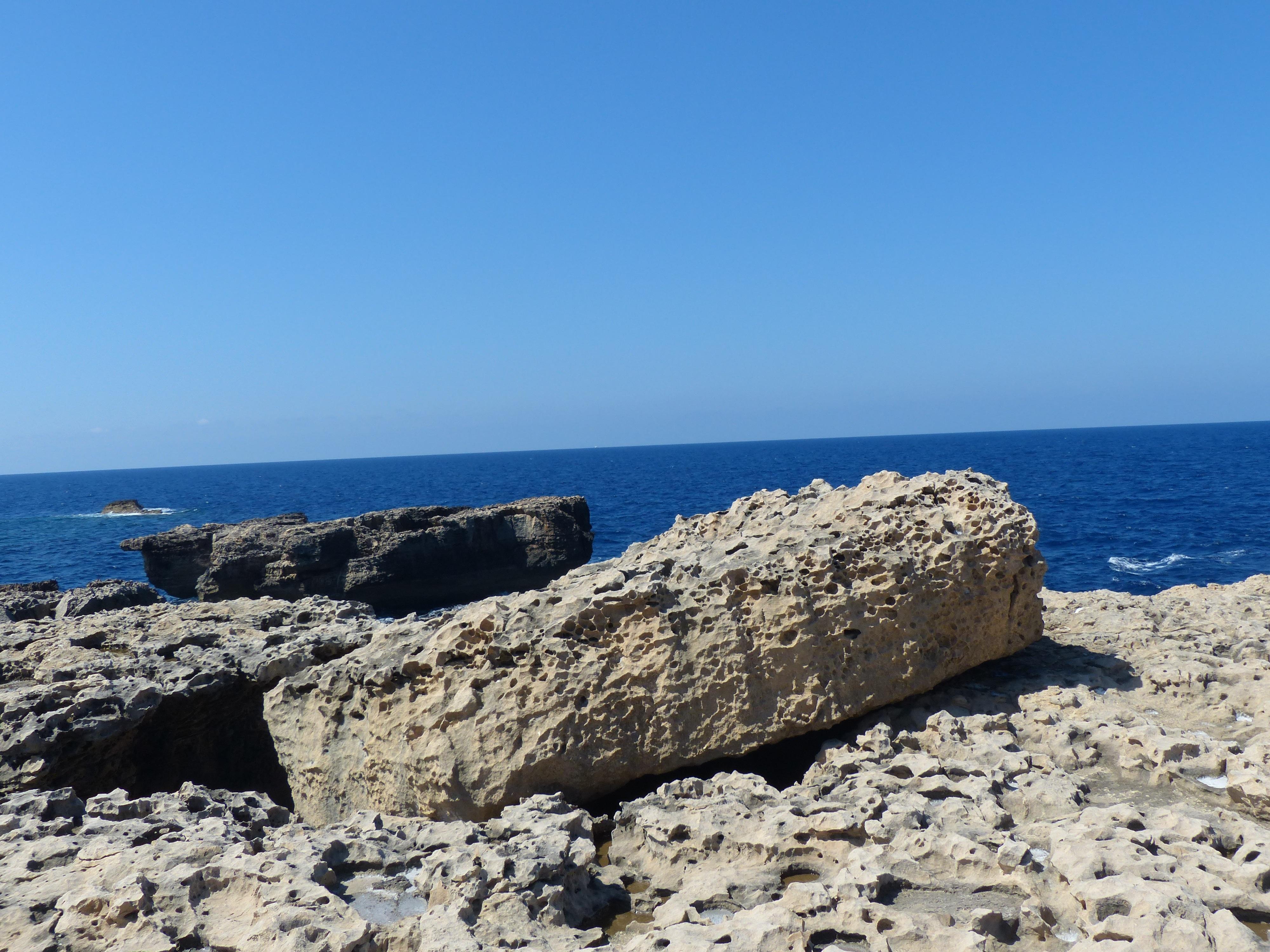 Bildet strand hav kyst stein horisont shore for Malta materiale