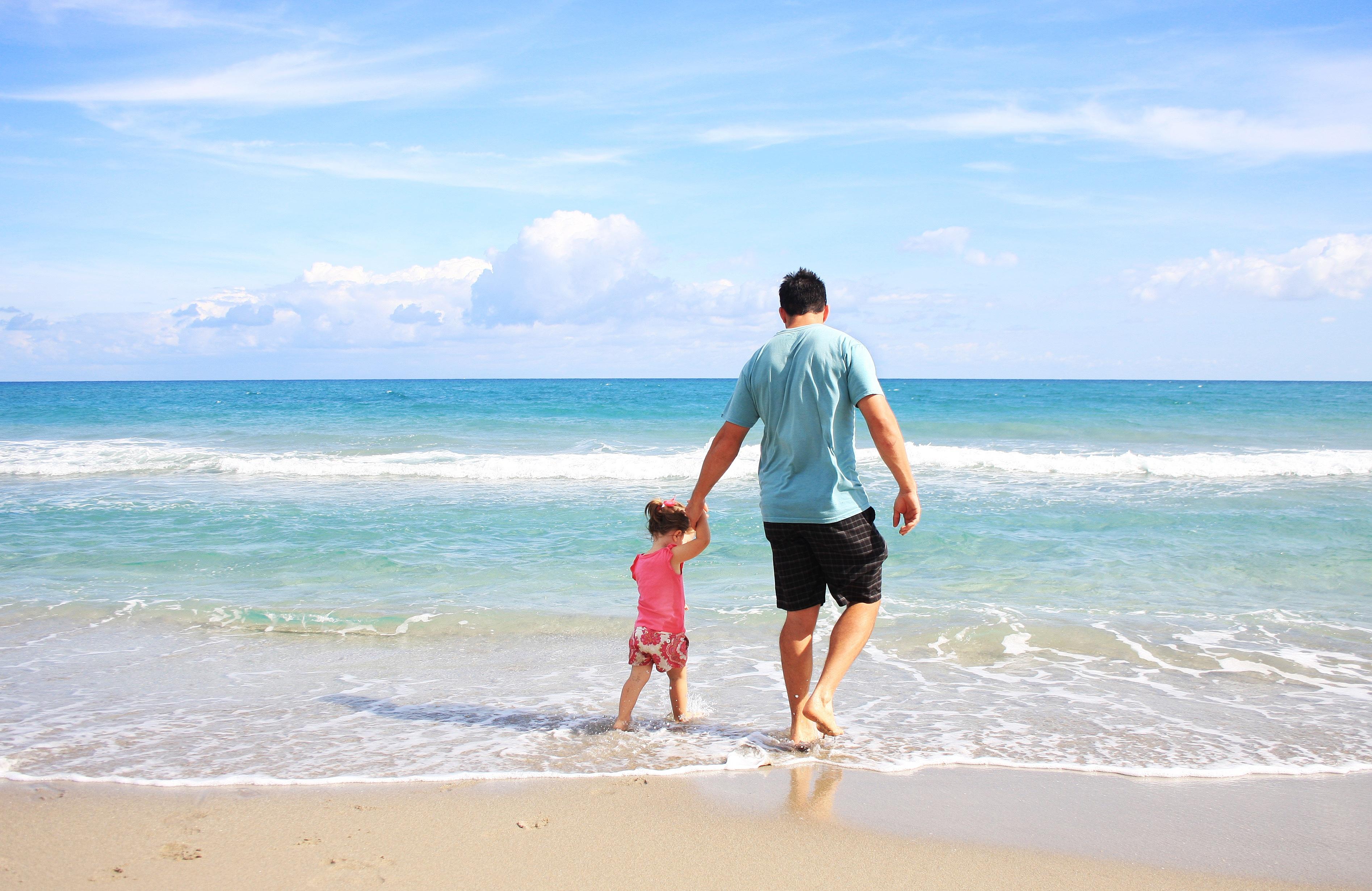 длинная непрерывная бегущая семья по берегу океана картинки паразиты