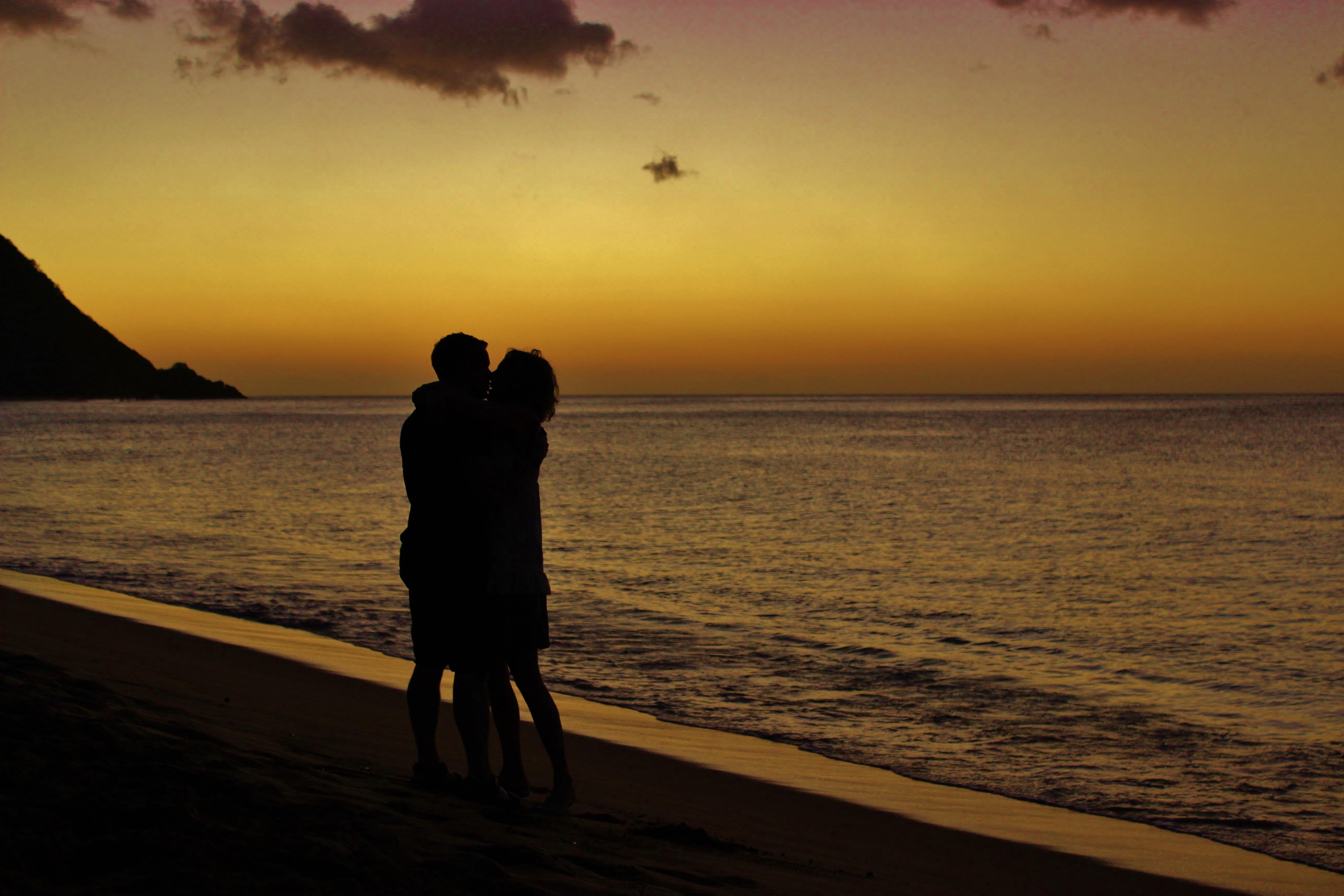 Влюбленная пара на берегу моря закат картинки