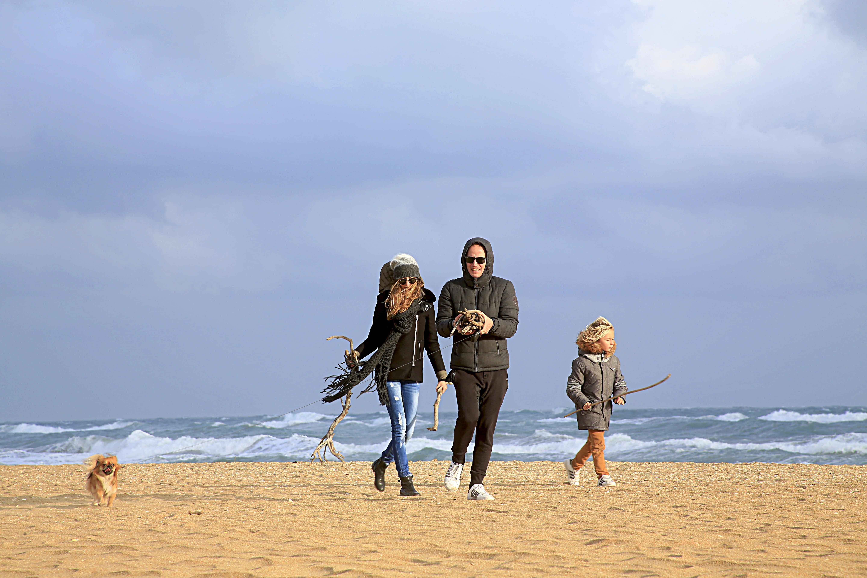 Бегущая семья по берегу океана картинки