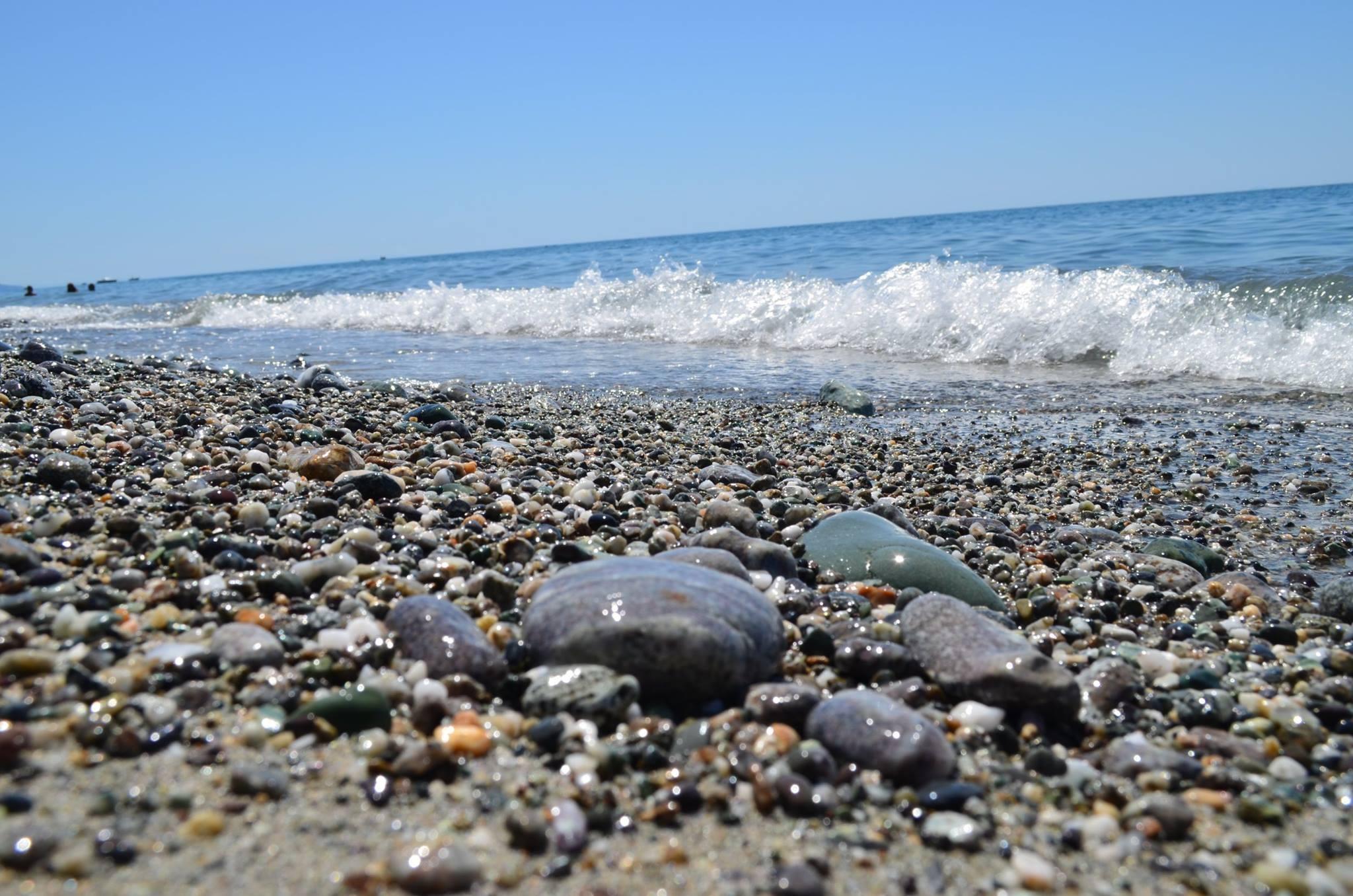 морской берег с галькой картинки