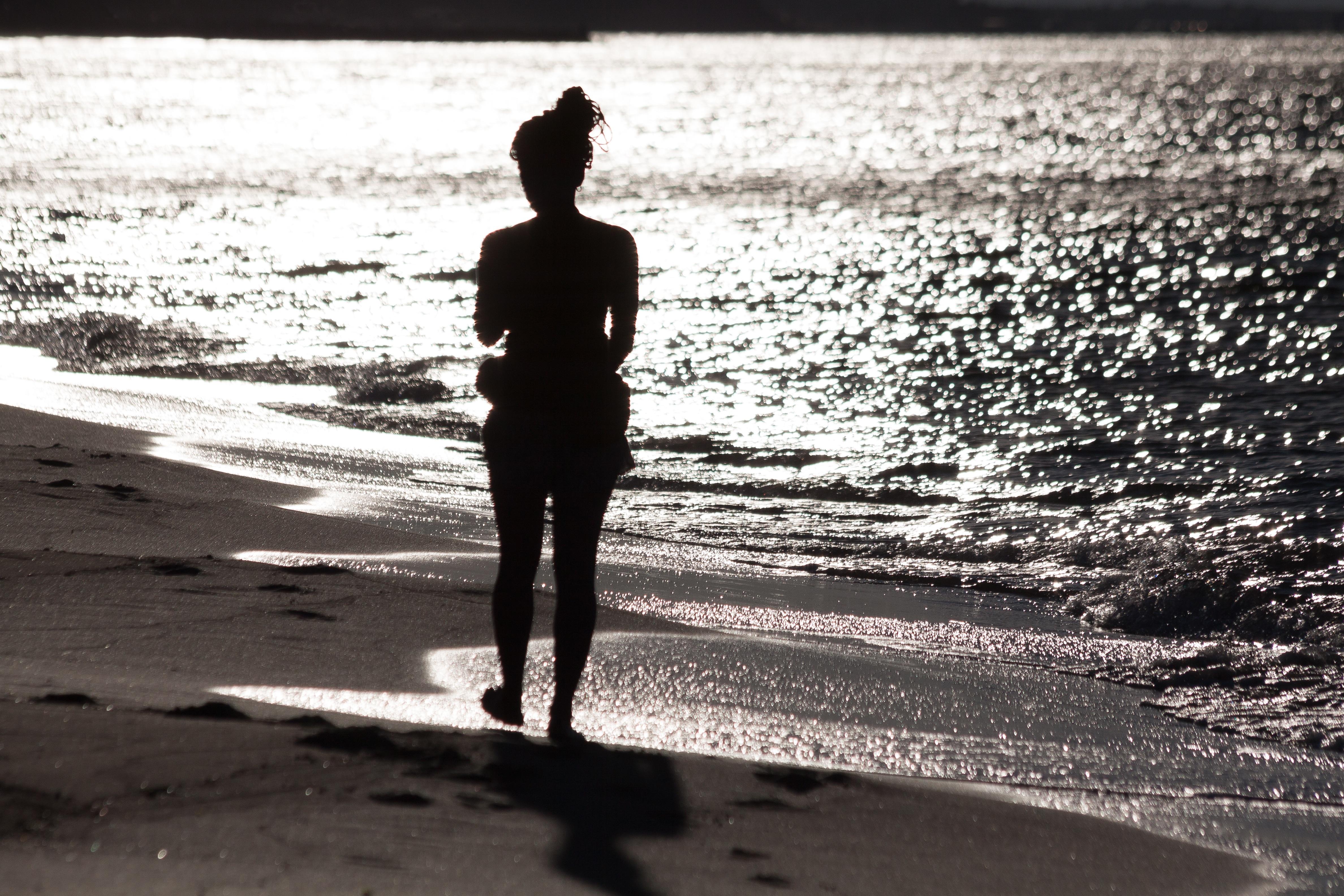 создает психологические фото море с силуэтом человека виднеется крытая соломой