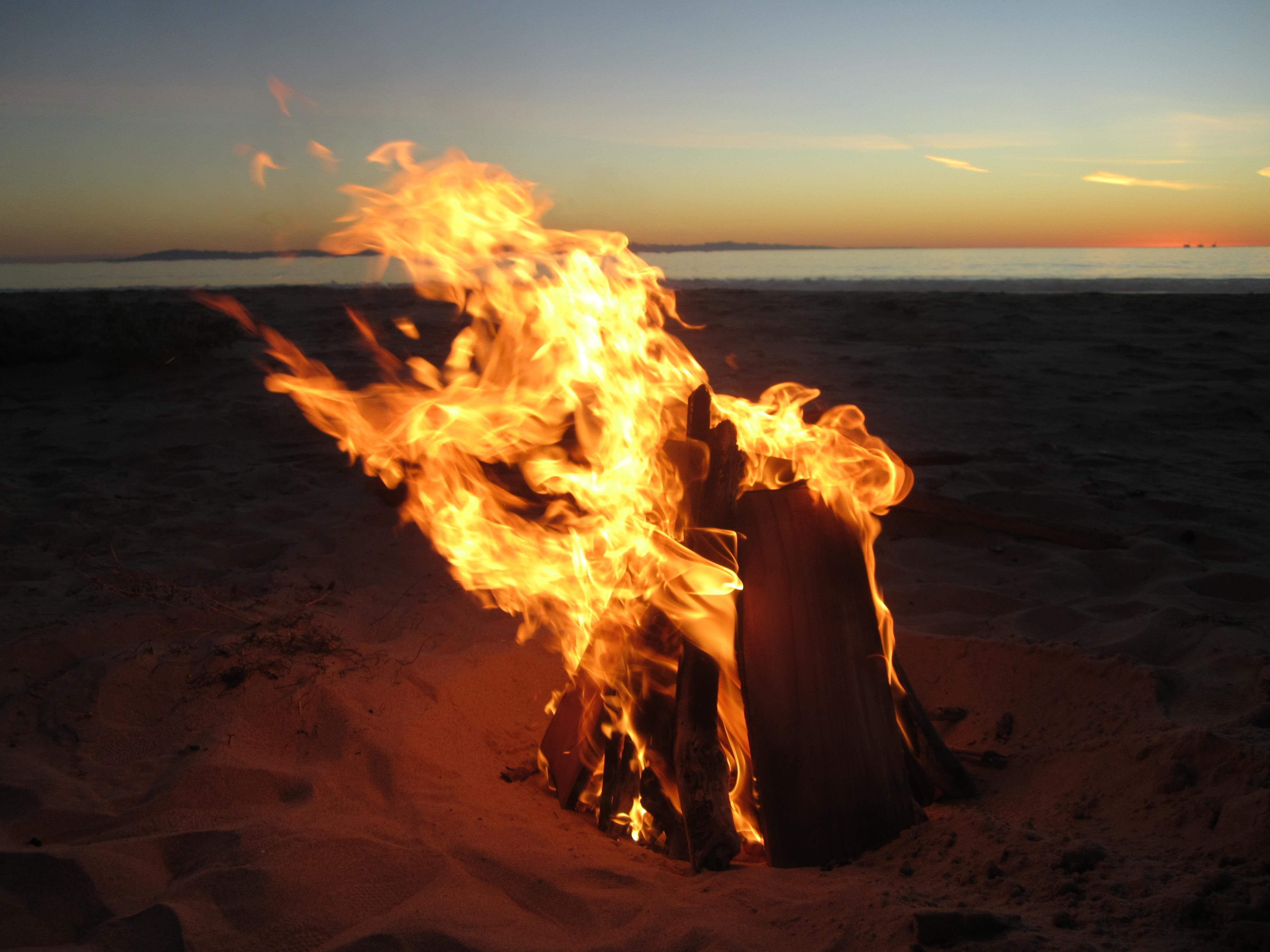 женственности, преданности, картинка костер на берегу моря коричневой мебели