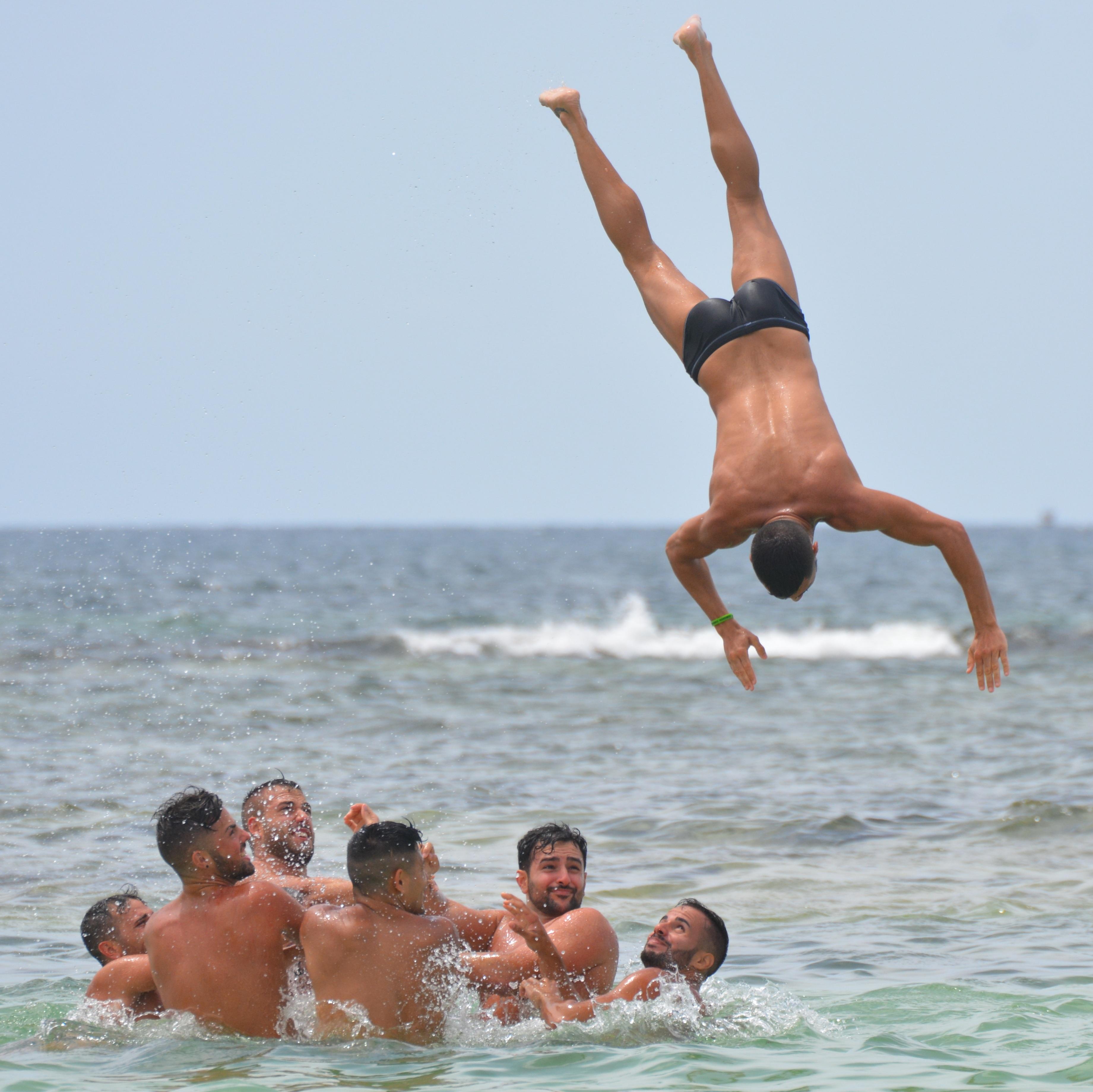 Mooie Mannen In Zwembroek.Gratis Afbeeldingen Strand Zee Mensen Vakantie Spier Mannen