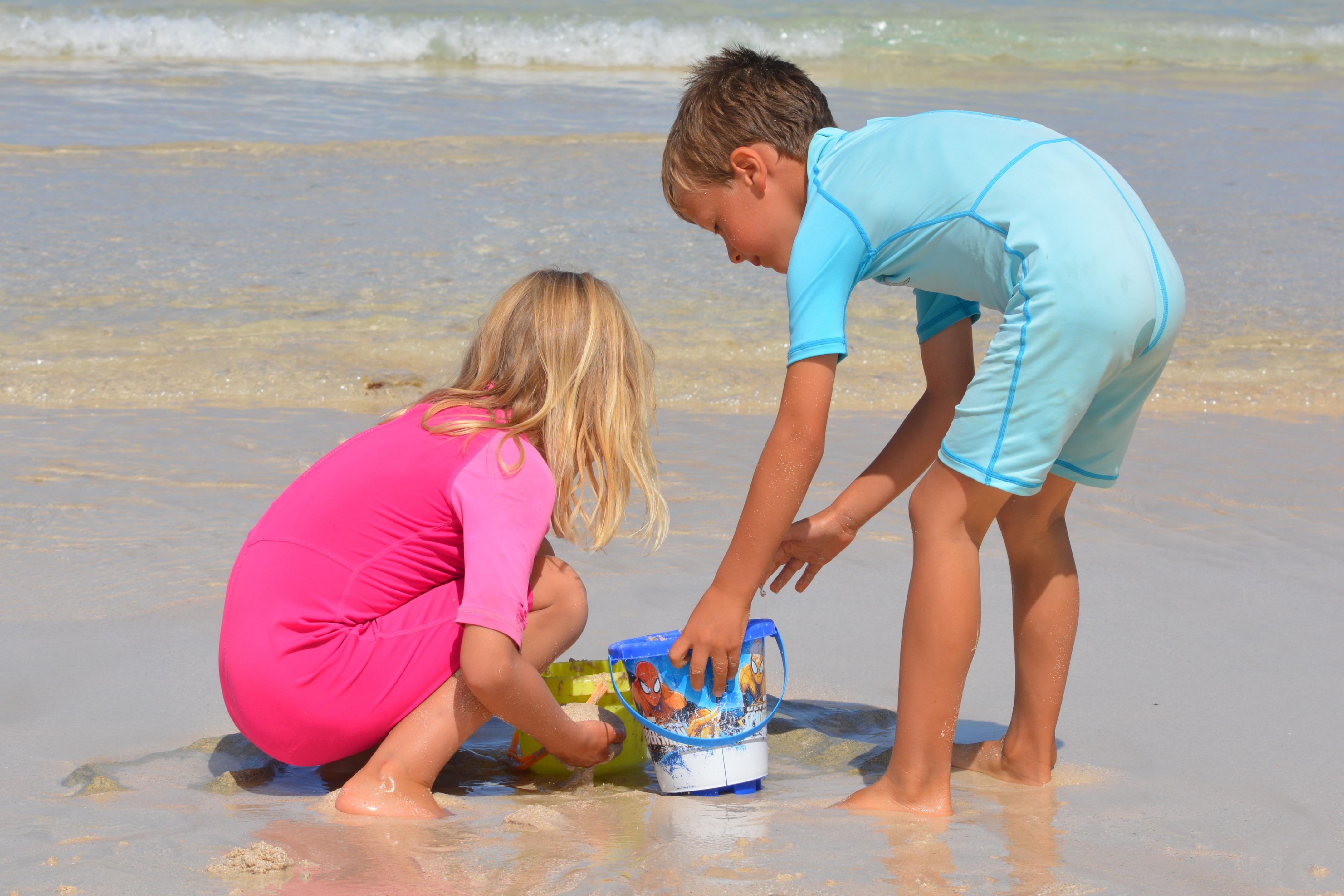 Картинки мальчика и девочки на море