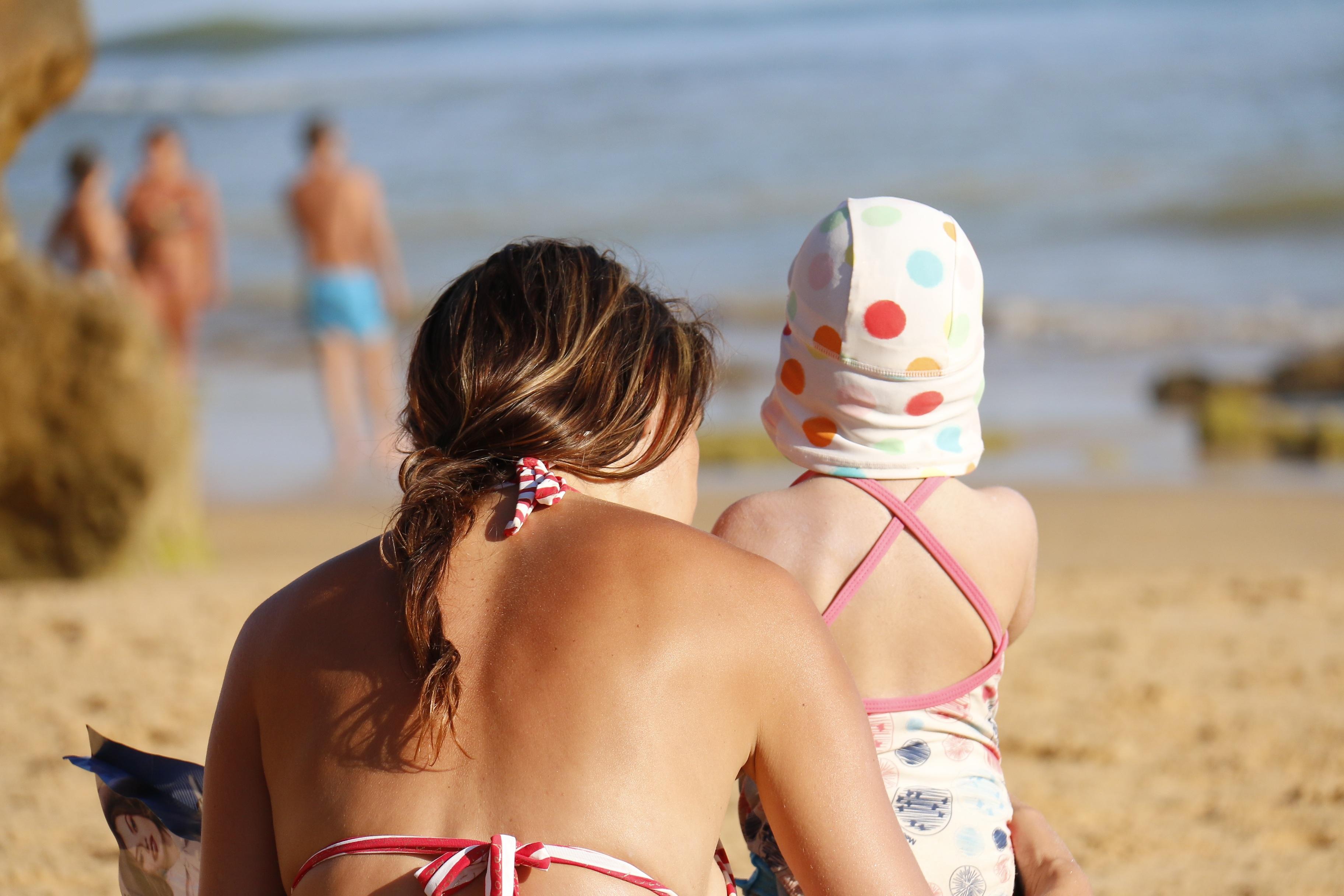 b7bb12d4520 плаж море пясък хора момиче залез ваканция обичам дете облекло сезон живот  бански костюми шега почивни