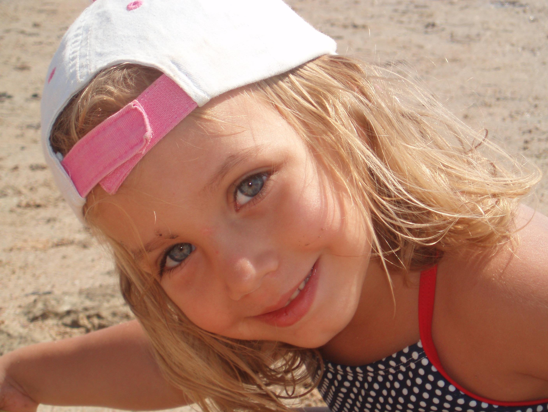 Gambar pantai laut pasir orang gadis matahari wanita rambut musim panas potret model liburan anak pakaian berwarna merah muda Raut Wajah